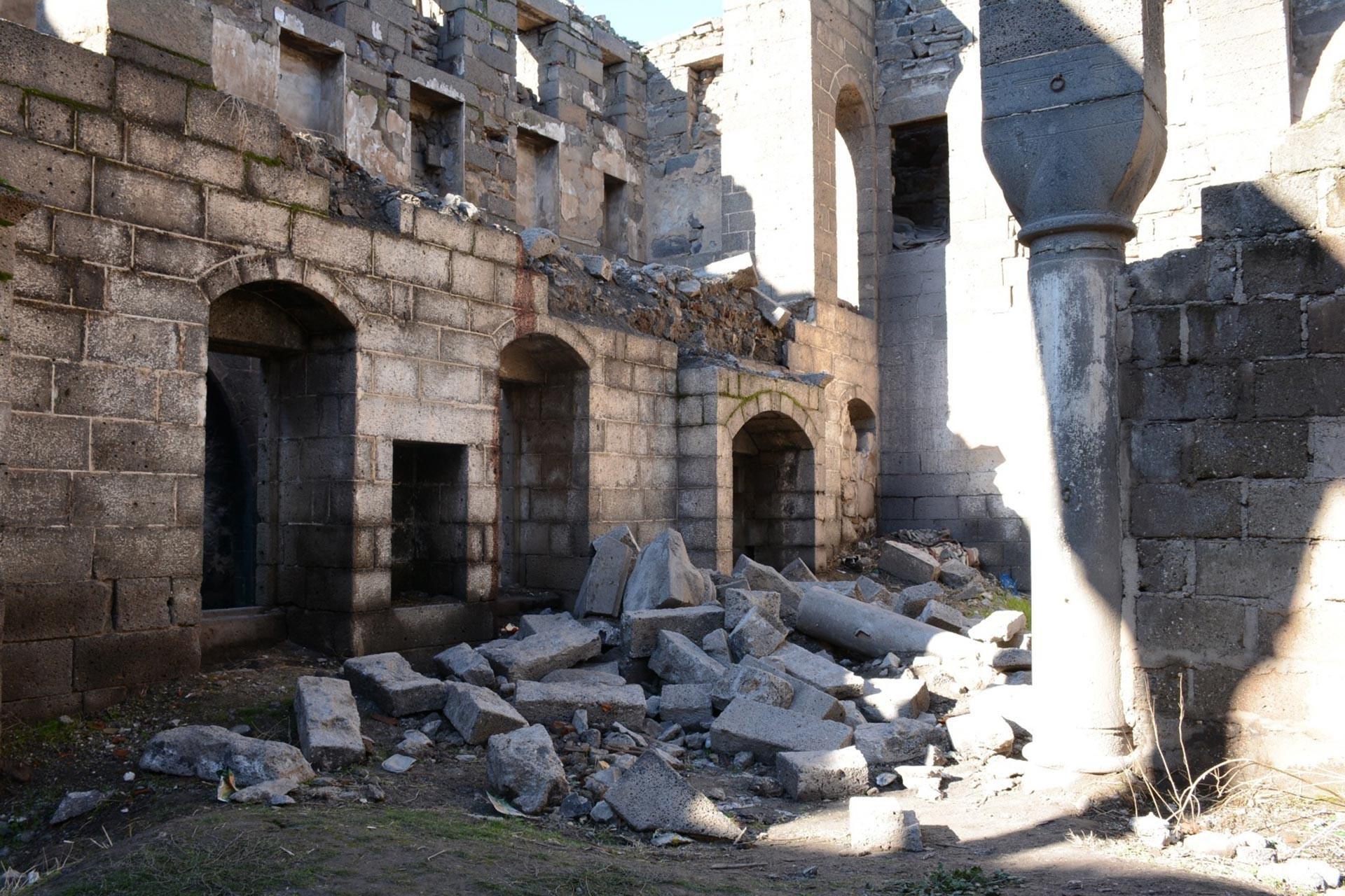 Diyarbakır Sur'da bulunan Surp Sarkis Ermeni Kilisesi'nin (Çeltik Kilisesi) duvarı yıkıldı