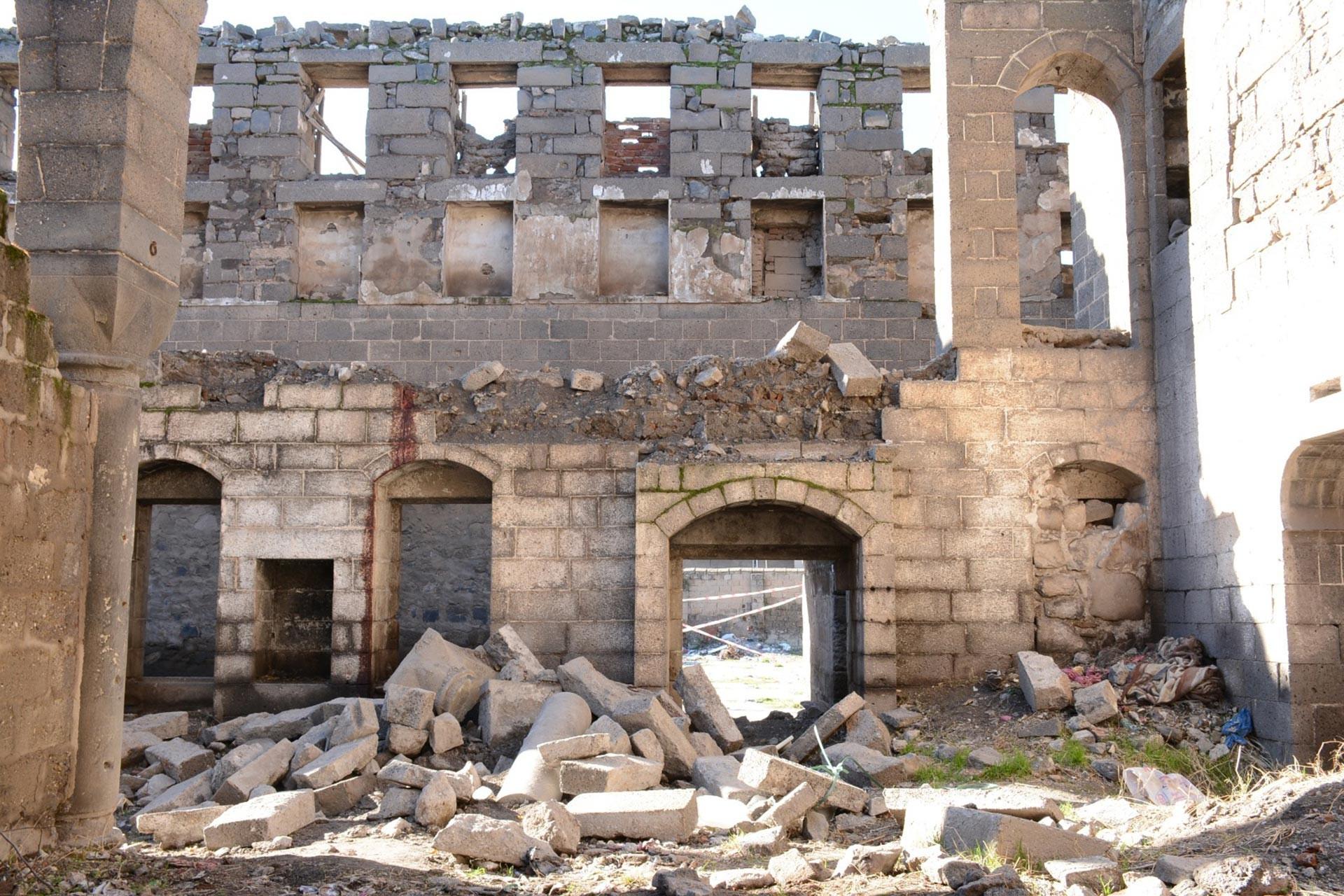 Diyarbakır Sur'da bulunan Surp Sarkis Ermeni Kilisesi'nin (Surp Sarkis Ermeni Kilisesi) duvarı yıkıldı
