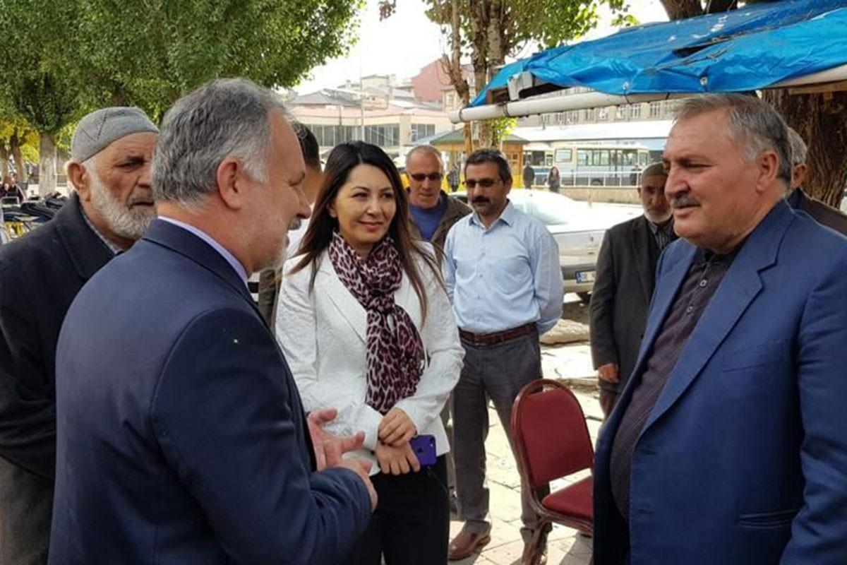 Ayhan Bilgen ve Şevin Alaca halkla sohbet ediyor.