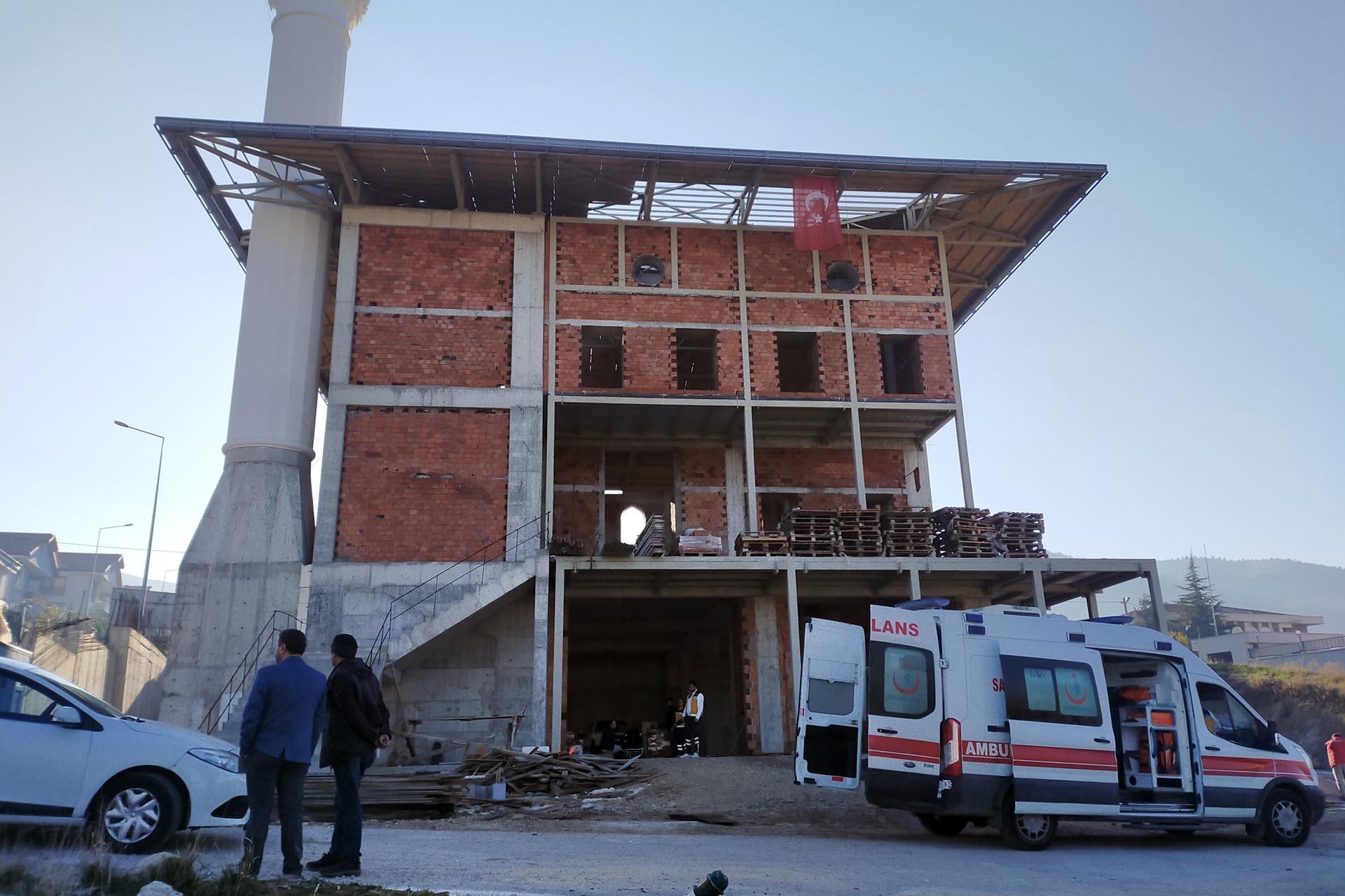 Cami inşaatı önünde ambulans bekliyor