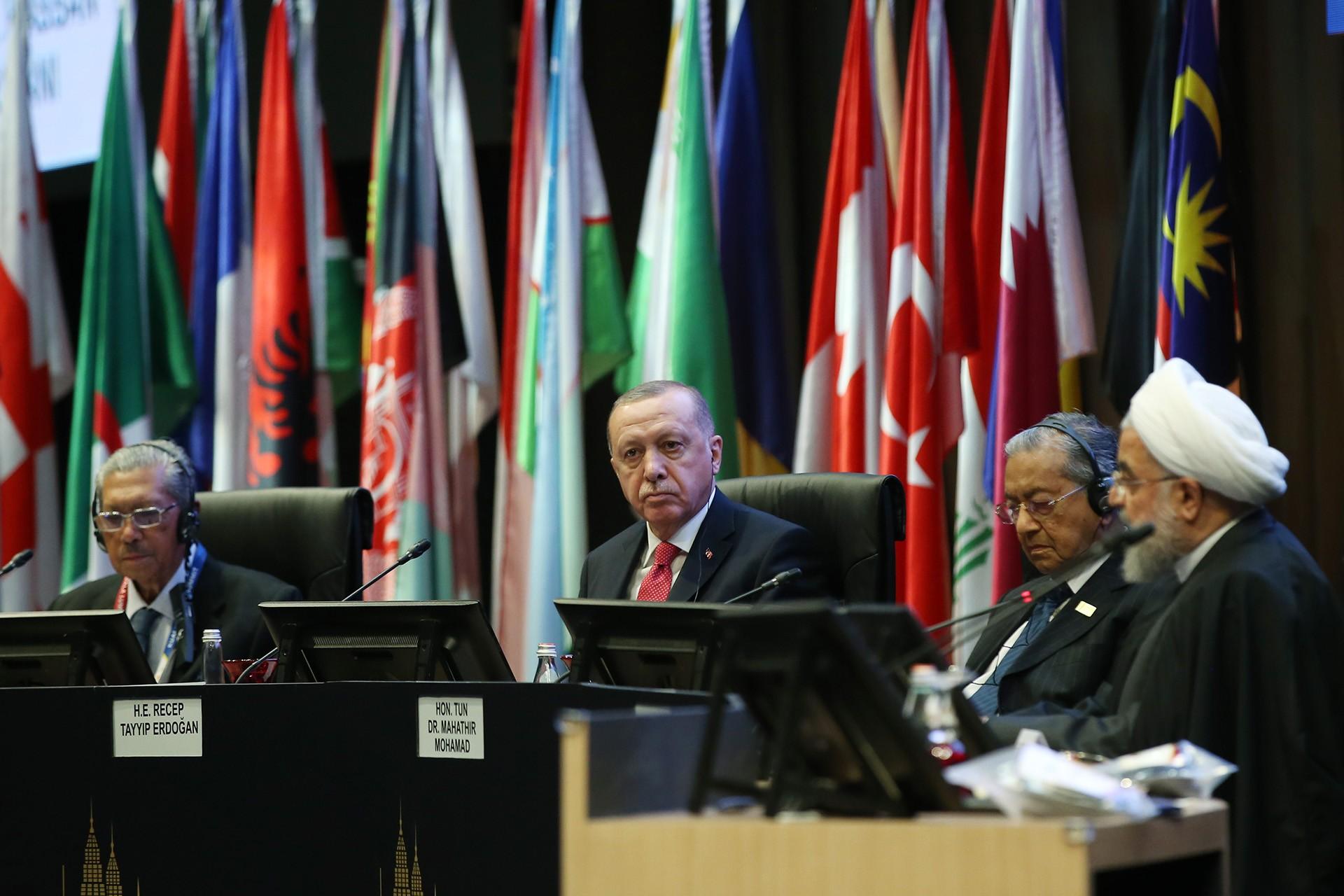 Tayyip Erdoğan, Malezya Kralı Sultan Abdullah, İran Cumhurbaşkanı Hasan Ruhani ve Malezya Başbakanı Mahathir Muhammed ile aynı masada