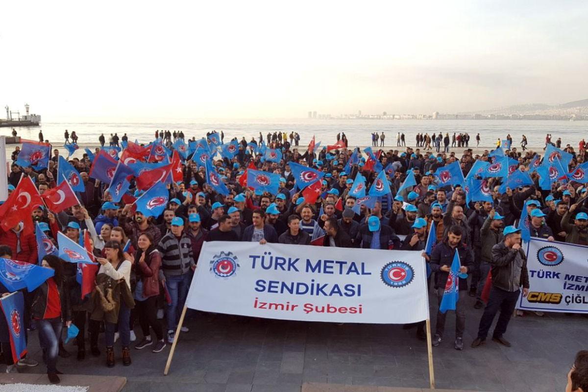 İzmir'de kent meydanına toplanan Türk Metal üyesi işçiler.