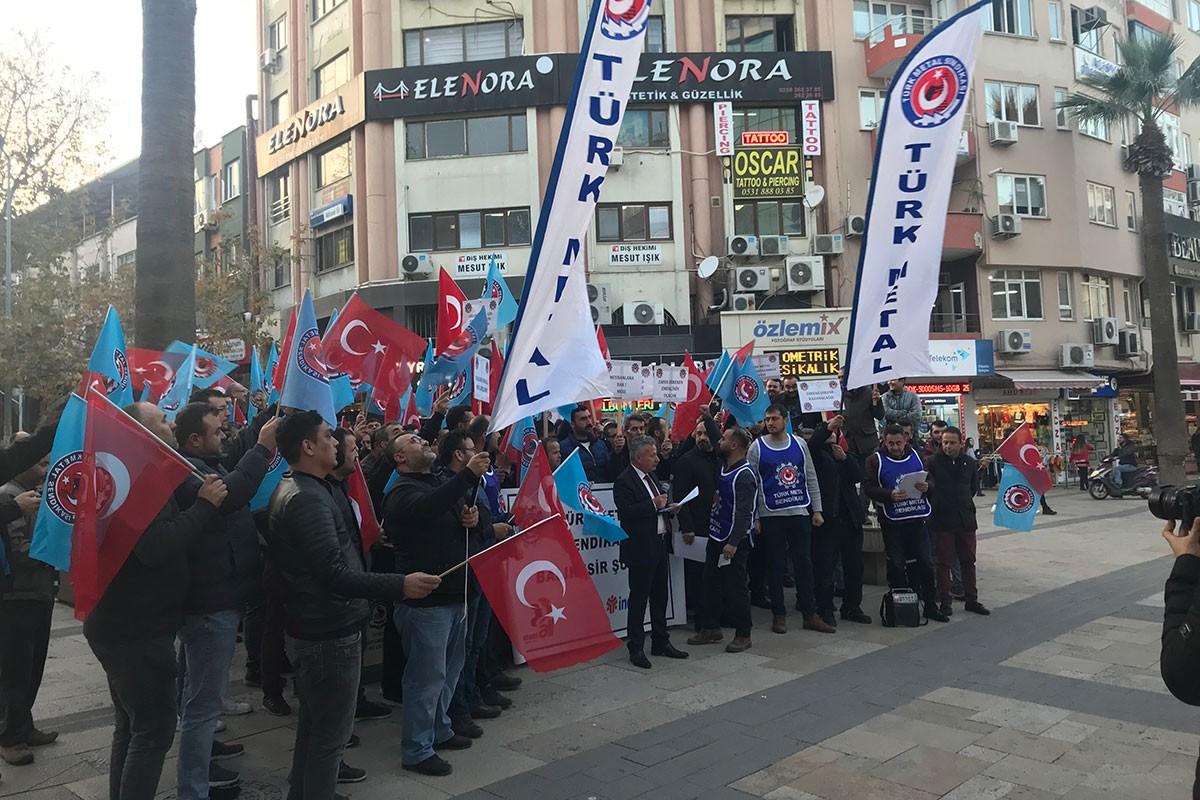Denizli'de kent meydanına toplanan Türk Metal üyesi işçiler.