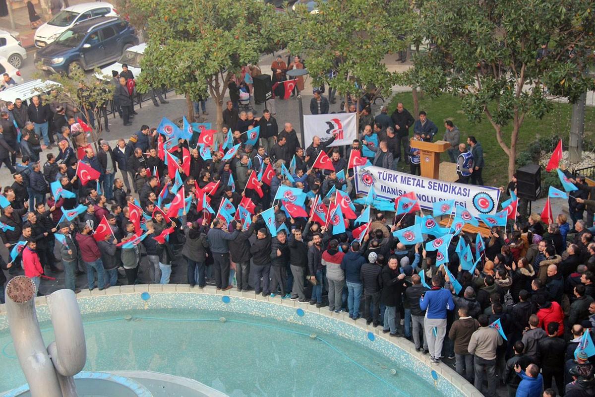 Manisa'da kent meydanına toplanan Türk Metal üyesi işçiler.