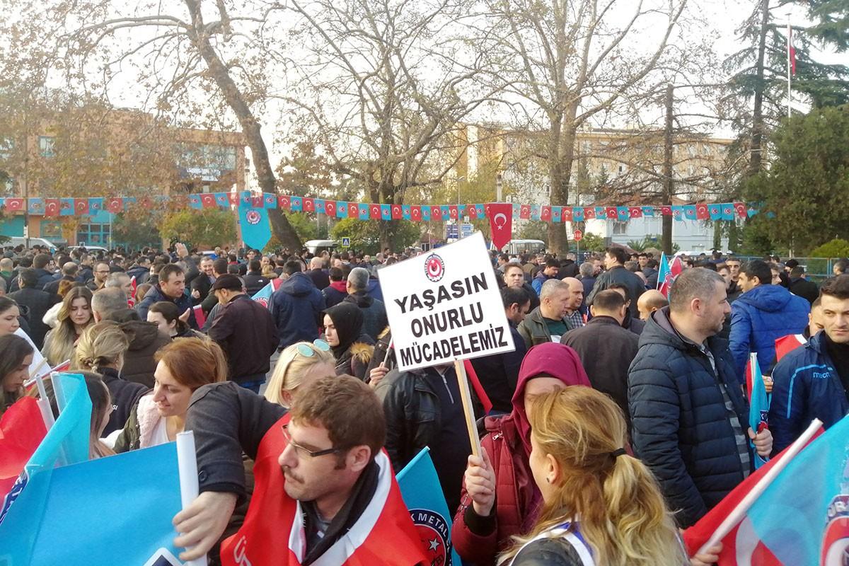 Kocaeli Gölcük'te meydanda toplanan Türk Metal üyesi işçiler. Kadın işçiler ön saflarda...