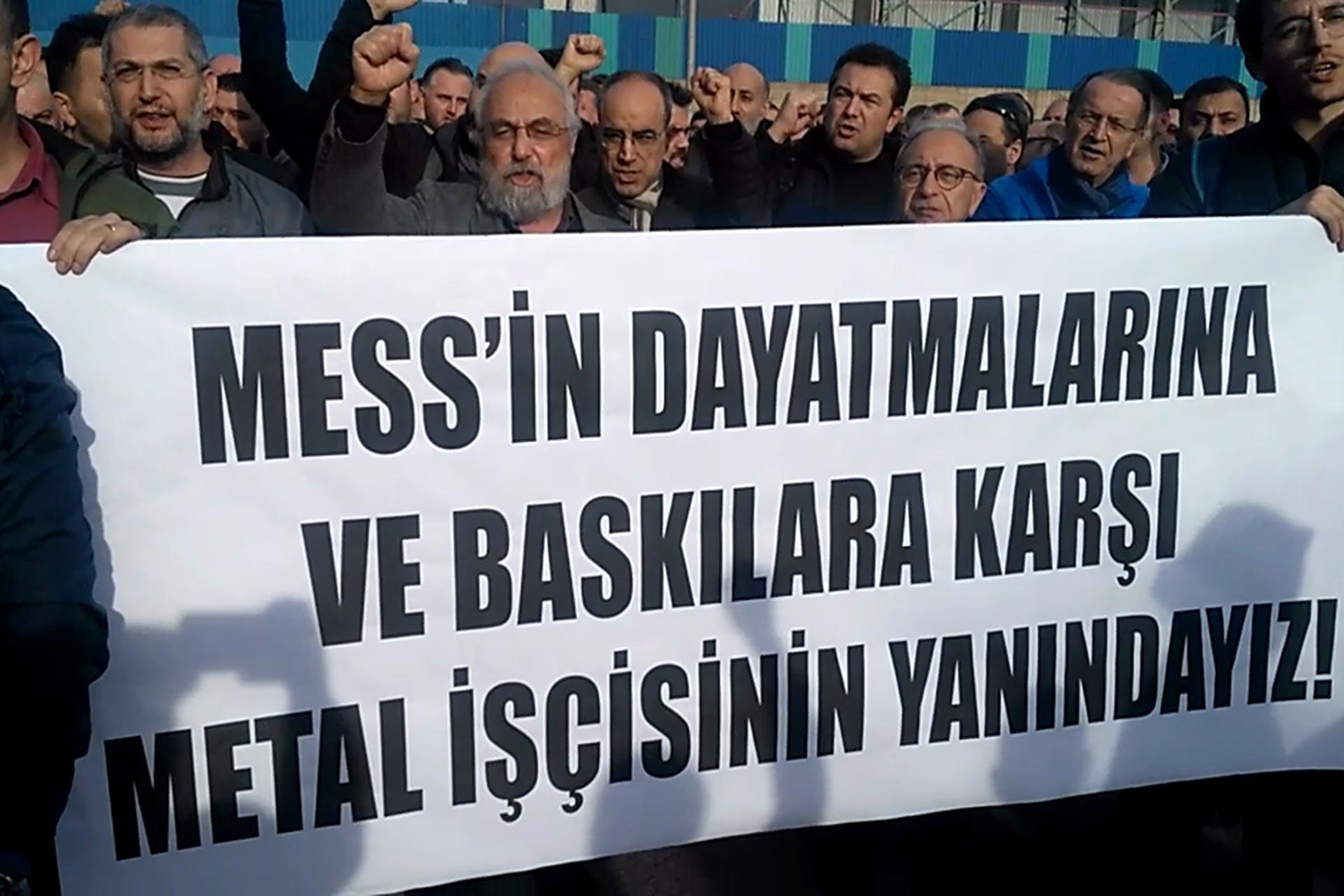 Gebze Sarkuysan fabrikası işçilerinin MESS'i uyarmak için yaptığı eyleme akademisyenler ve yazarlar da destek verdi