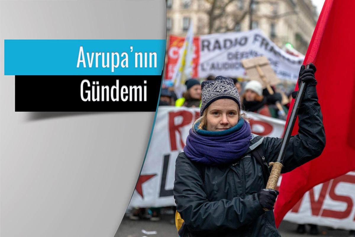 Fransa'da grevde kızıl bayrak taşıyan genç