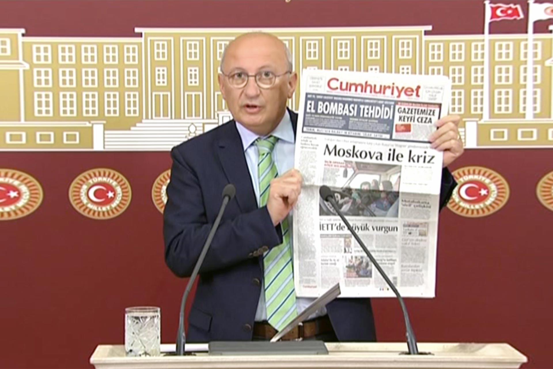 Utku Çakırözer Cumhuriyet'in hedef gösterilmesine ilişkin TBMM'de  basın toplantısı düzenlerken gazetenin nüshasını gazetecilere gösteriyor.