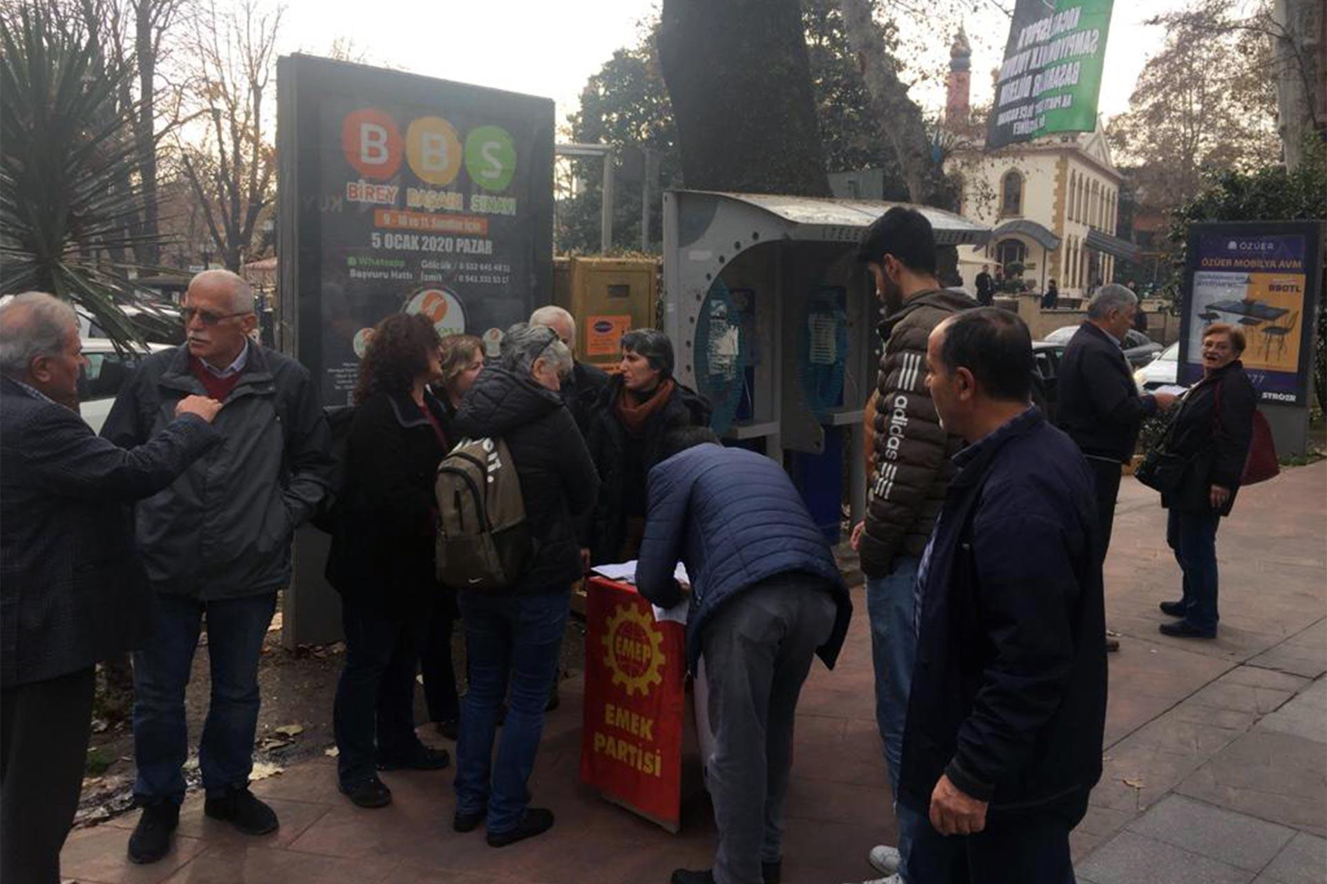 Kocaeli'de asgari ücret için imza kampanyası düzenleyen Emek Partililer