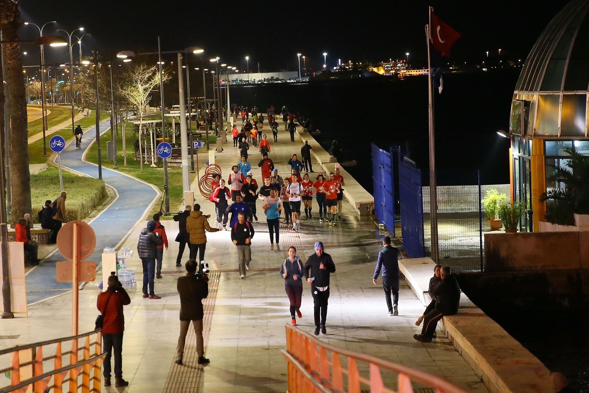 İzmirliler en uzun gecede koştu