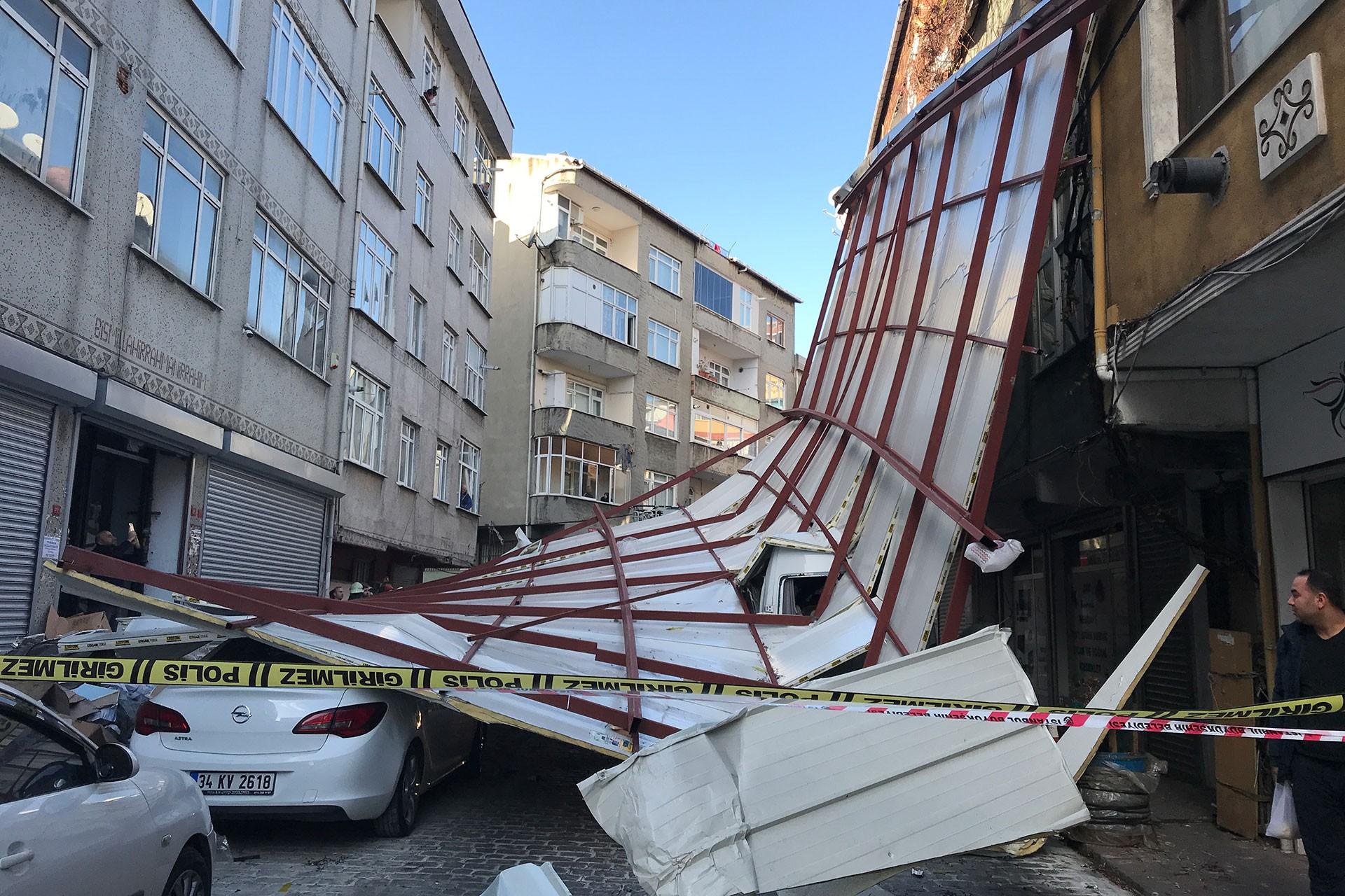 Beyoğlu'da lodos nedeniyle uçan çatı araçların üzerine devrildi