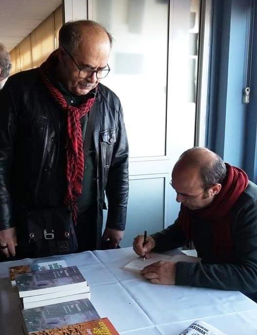 Zonguldak'ta düzenlenen 'Zonguldak'ta ve Türkiye'de doğanın talanı ve ekoloji mücadelesi' başlıklı panelin ardından Özer Akdemir kitaplarını imzalarken