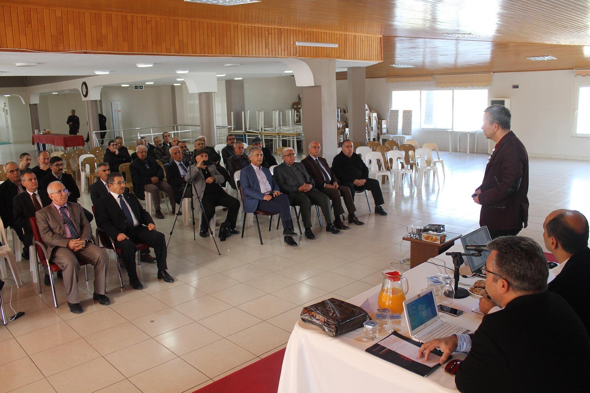 Hatay'ın Erzin ilçesinde üreticiler ve ilçedeki oda ve kooperatifler Erzin'de tarımın sorunlarını konuşmak için bir araya geldi