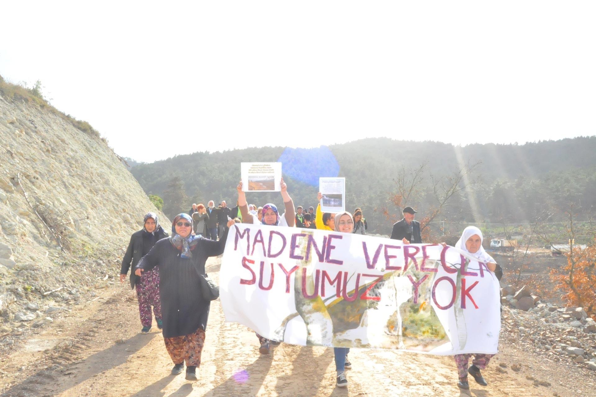Çanakkale Kumarlar köyü kadınları, altın şirketinin sularını ellerinden almasına karşı çıktı, 'Madene verecek suyumuz yok' pankartıyla yürüdü