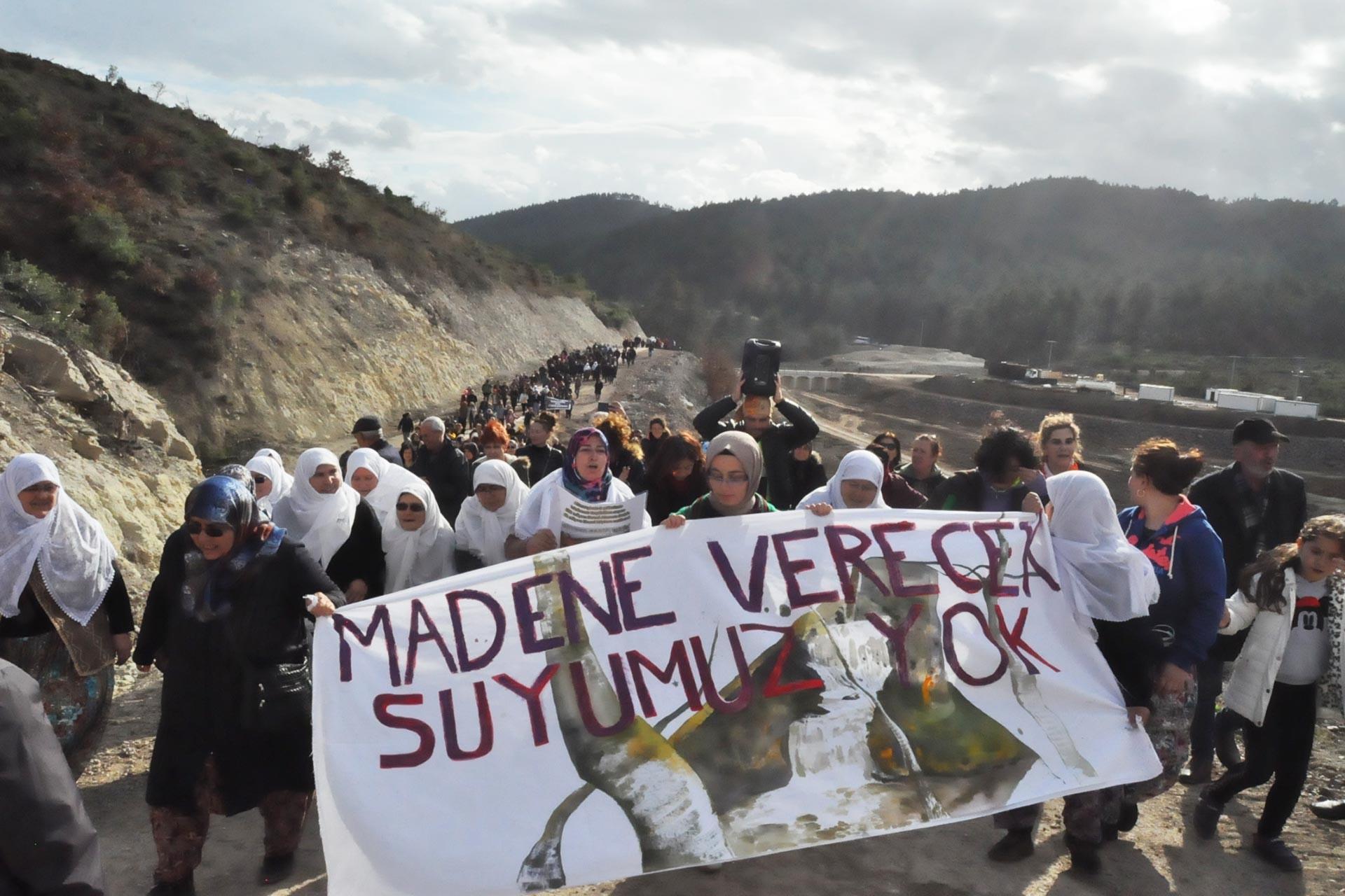 Çanakkale Kumarlar köyü kadınları, altın şirketinin sularını ellerinden almasına karşı 'Madene verecek suyumuz yok' pankartıyla yürürken