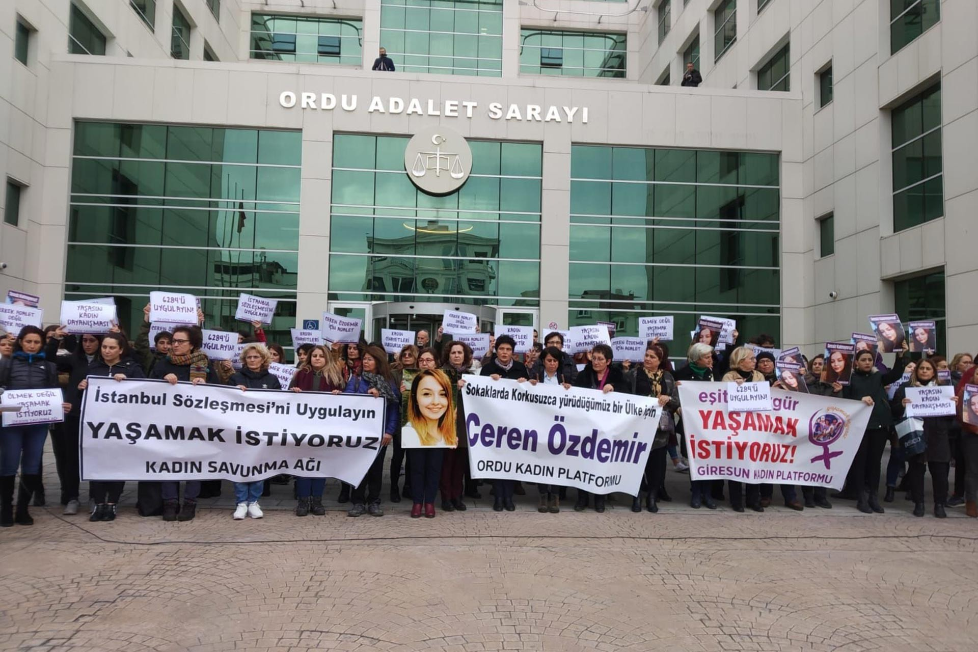 Ceren Özdemir'in katilinin yargılandığı davannın ilk duruşması öncesi kadınlar Ordu Adalet Sarayı önünde basın açıklaması yaparken