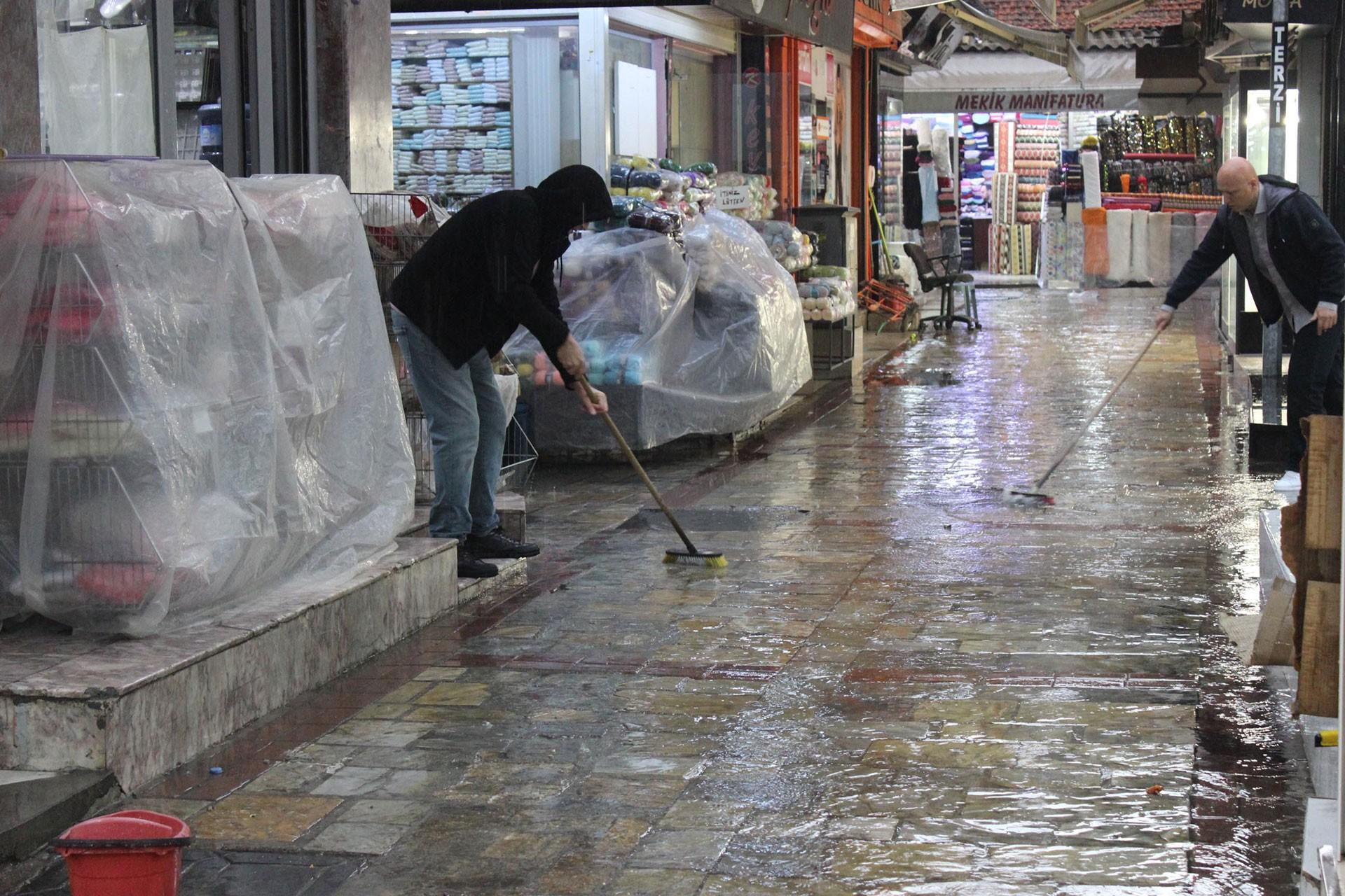 İzmir'de sağanak Kemeraltı Çarşısı'nı sular altında bıraktı