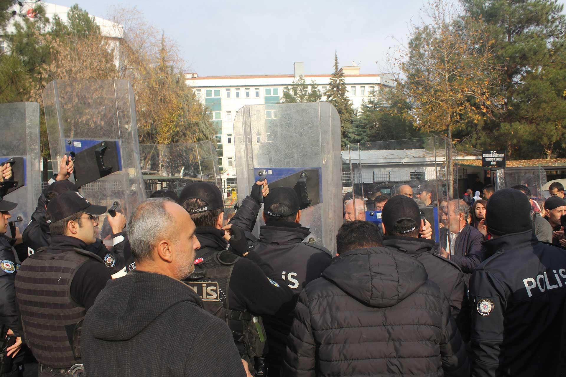 Sur Belediyesi eş başkanlarının tutuklanmasını protesto etmek isteyenler polis kalkanlarıyla engellendi.