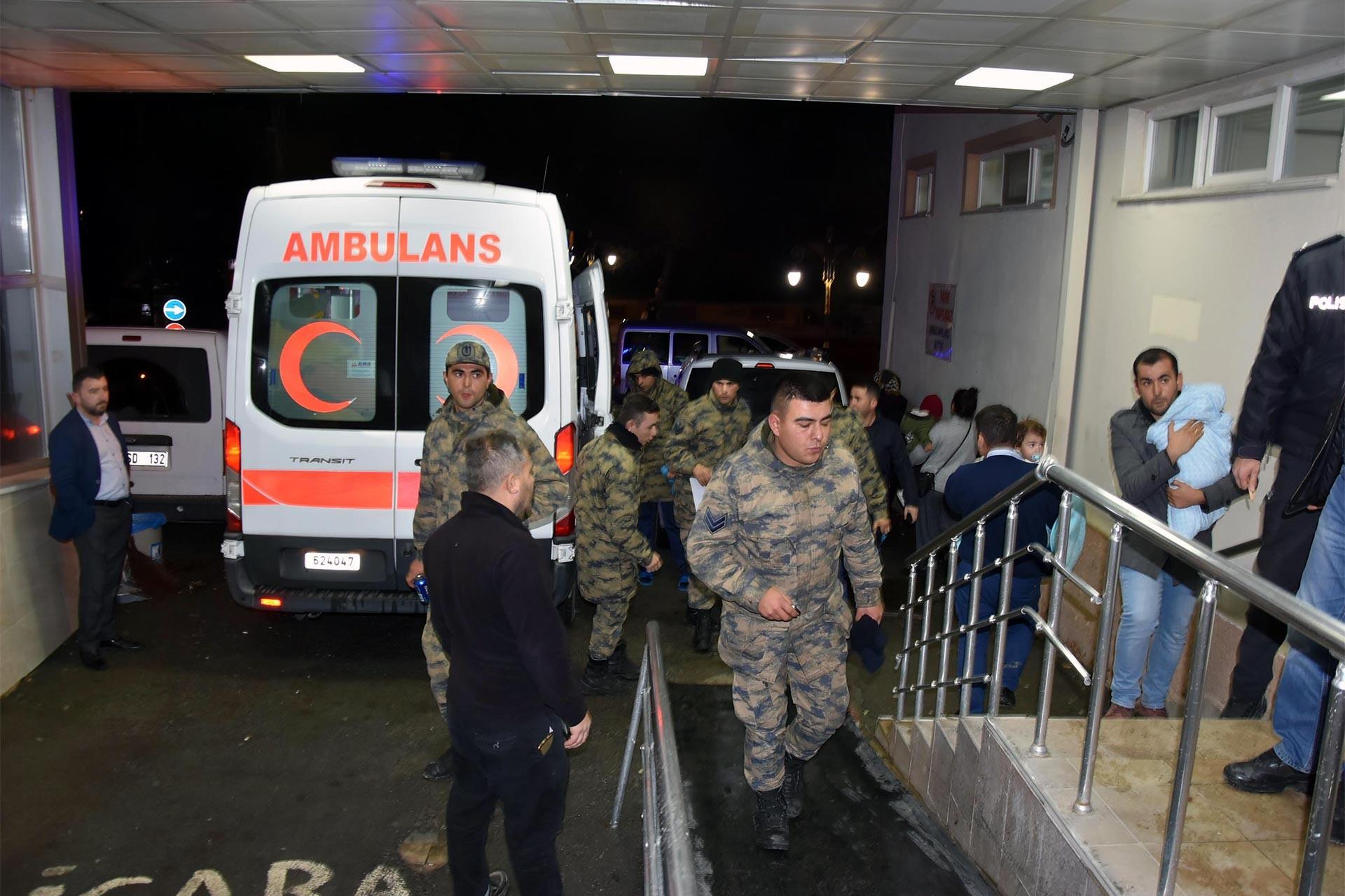 Kütahya'da zehirlenerek ambulansla hastaneye kaldırılan askerler