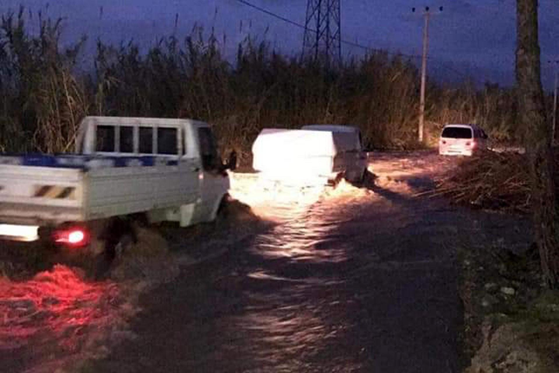Antalya'nın Serik ilçesinde sağanak nedeniyle su basan yol
