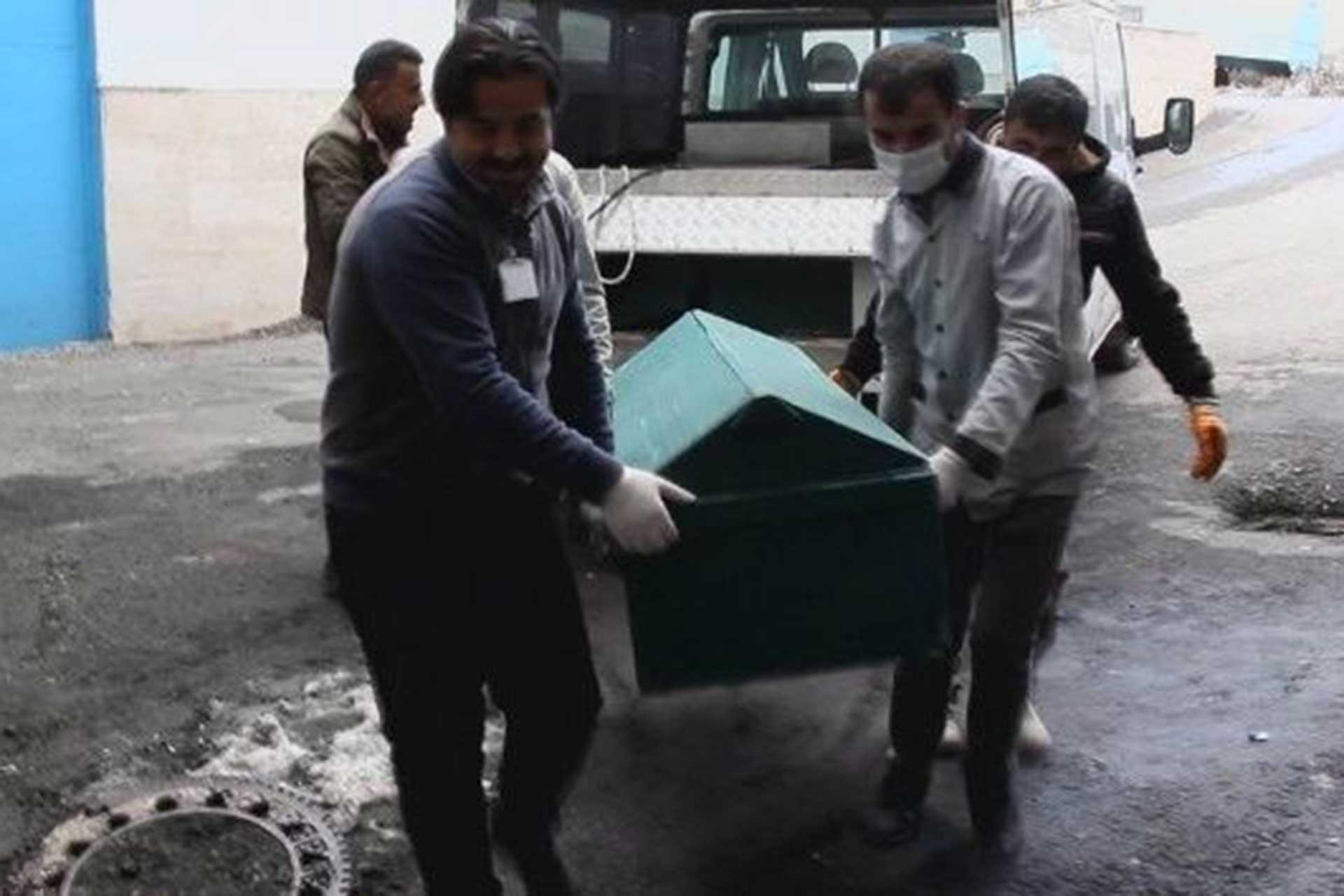 İran sınırında donarak yaşamını yitiren mültecinin cansız bedeni tabutta taşınıyor.