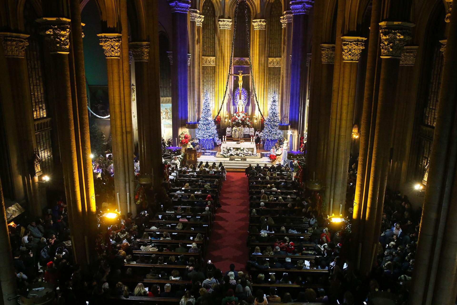 Saint Antuan Kilisesi'nde Noel Ayini yapılıyor.
