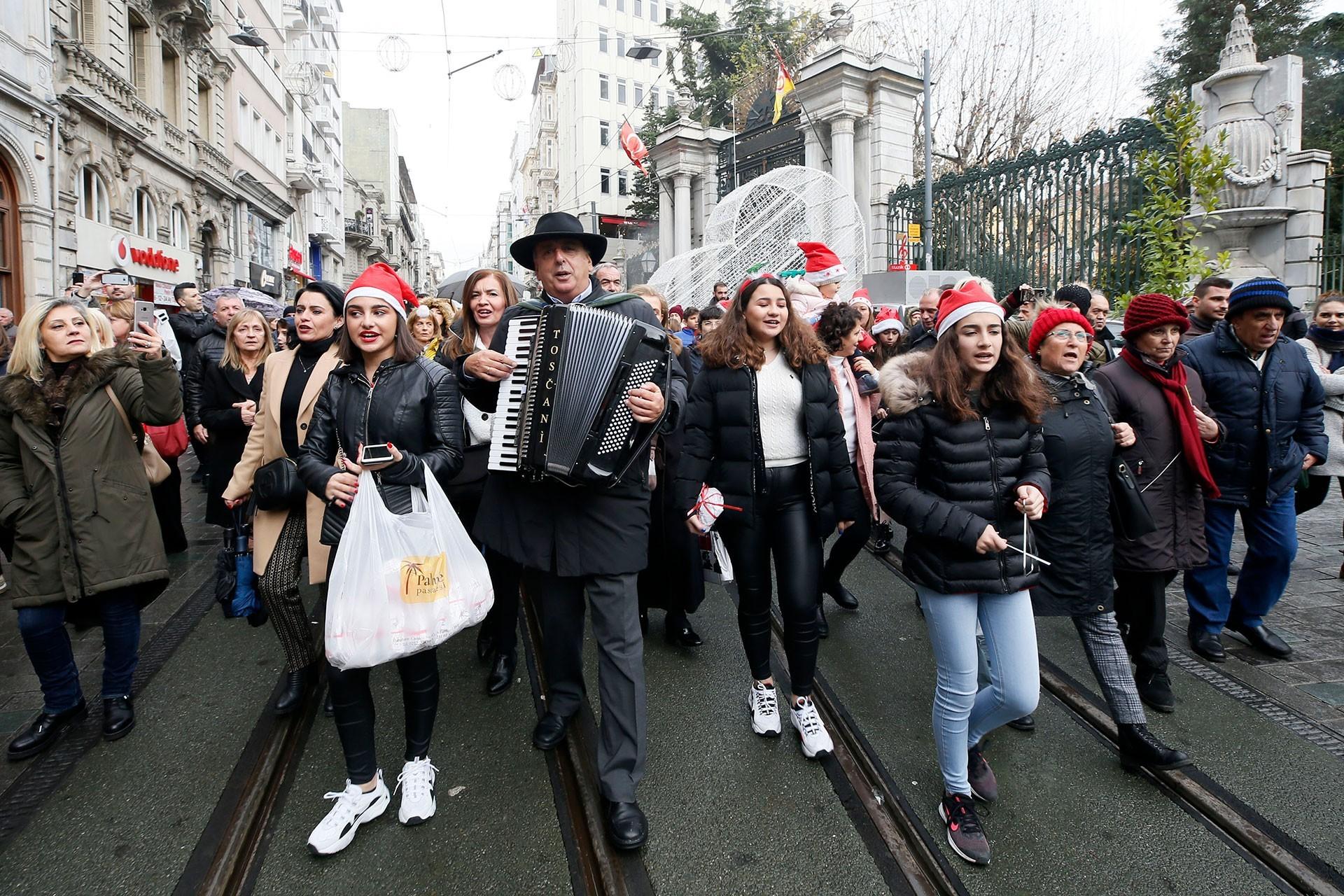 İstiklal Caddesi'nde Noel kutlaması.