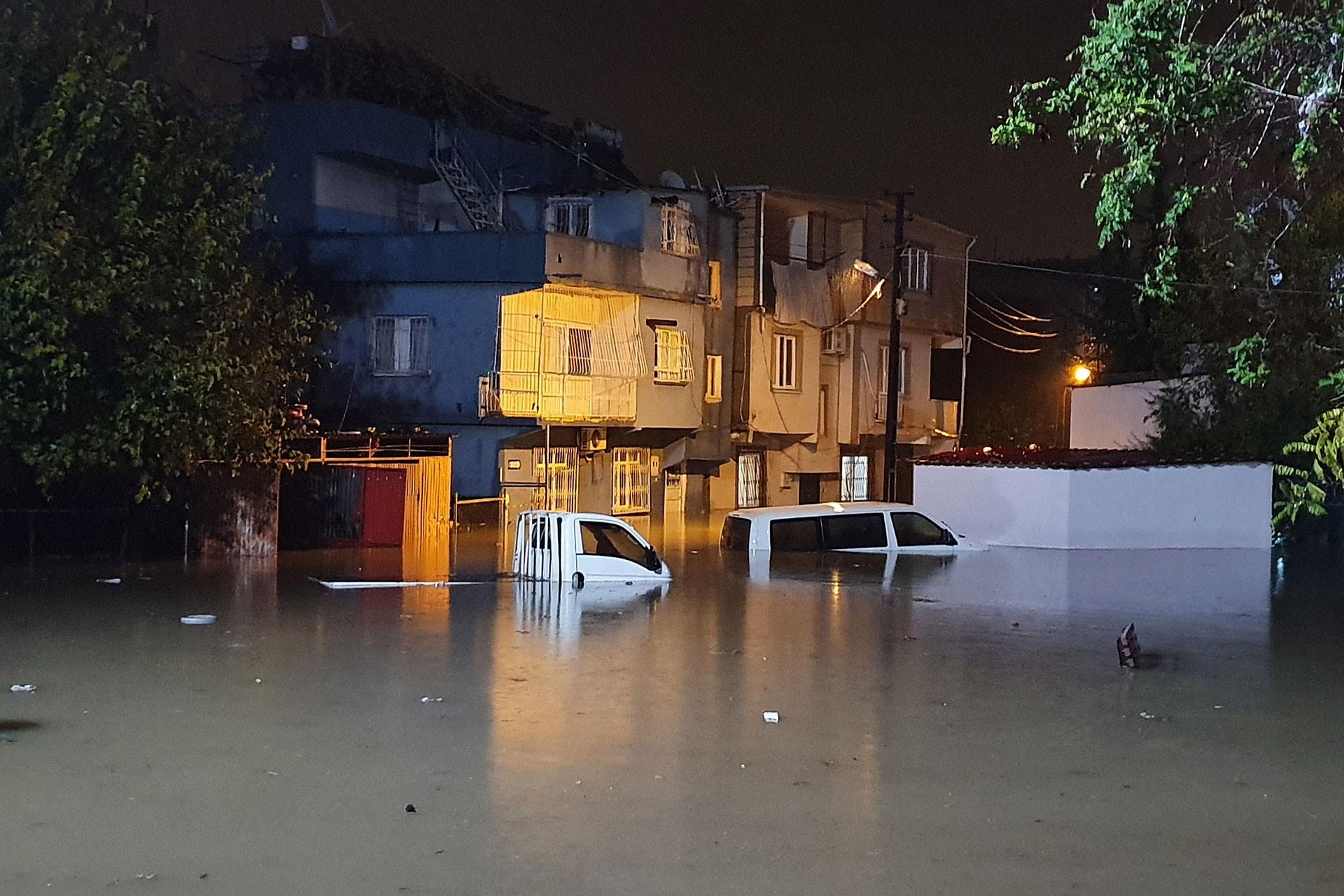 Sağanak nedeniyle göle dönen sokaklarda arabalar su altında kaldı