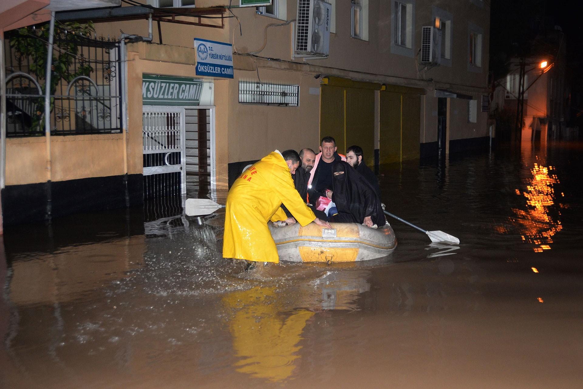 Sağanak nedeniyle göle dönen sokakta evinde mahsur kalanlar kurtarıldı