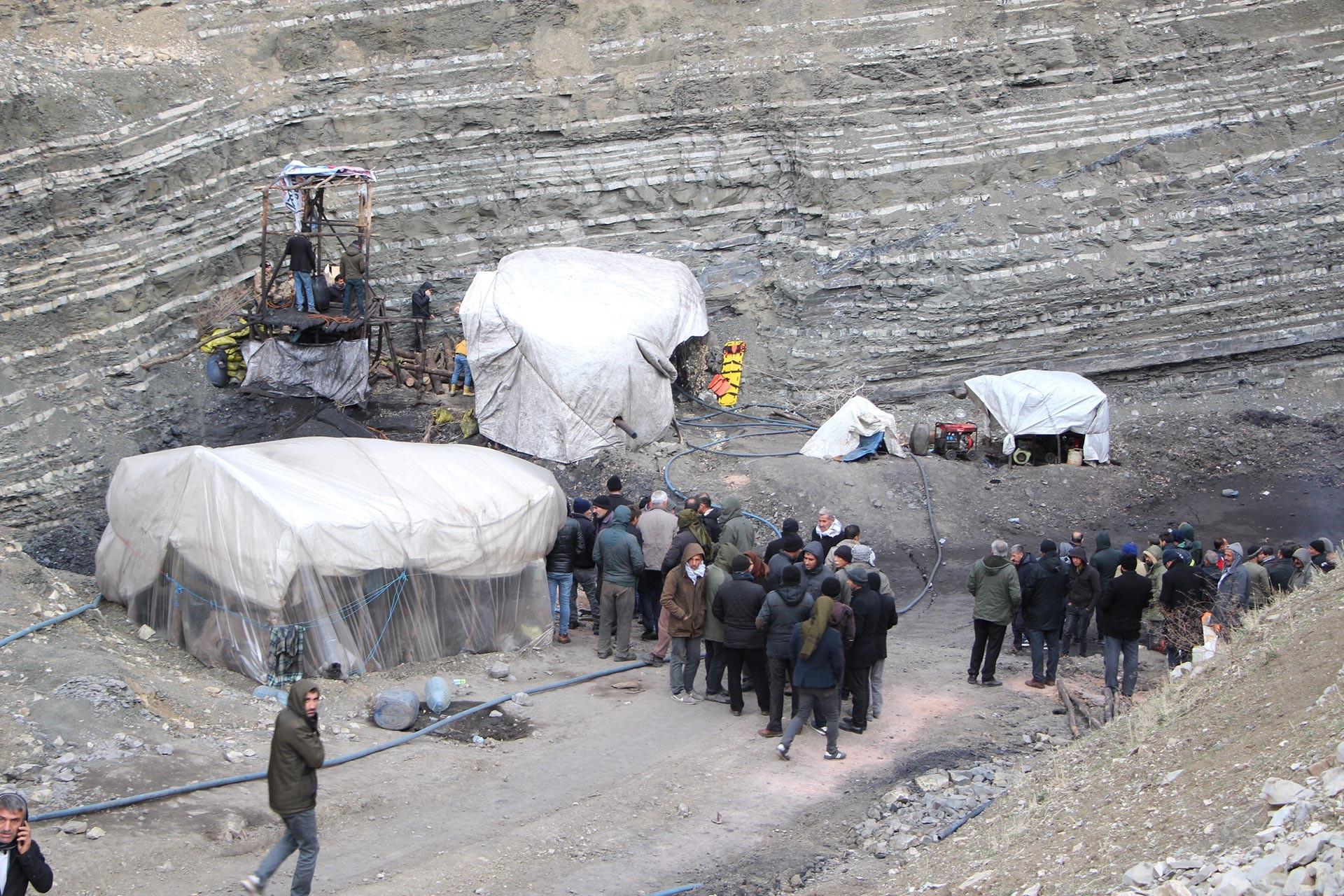 Şırnak'ta özel bir kömür ocağında yaşanan göçük sonucu ocakta mahsur kalan işçiyi kurtarmak için ekipler çalışırken