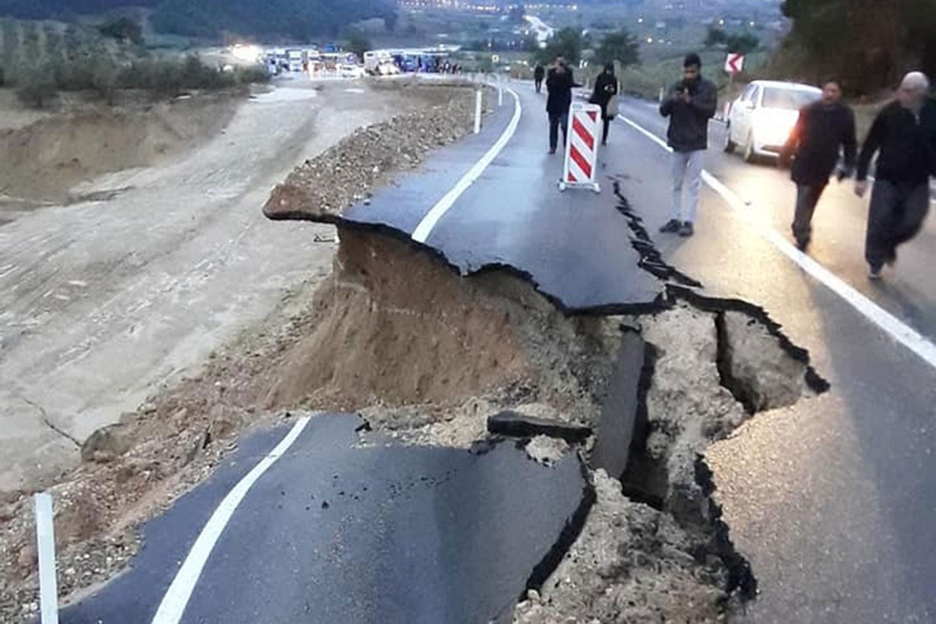 Adana'da sel sonrası çöken yol
