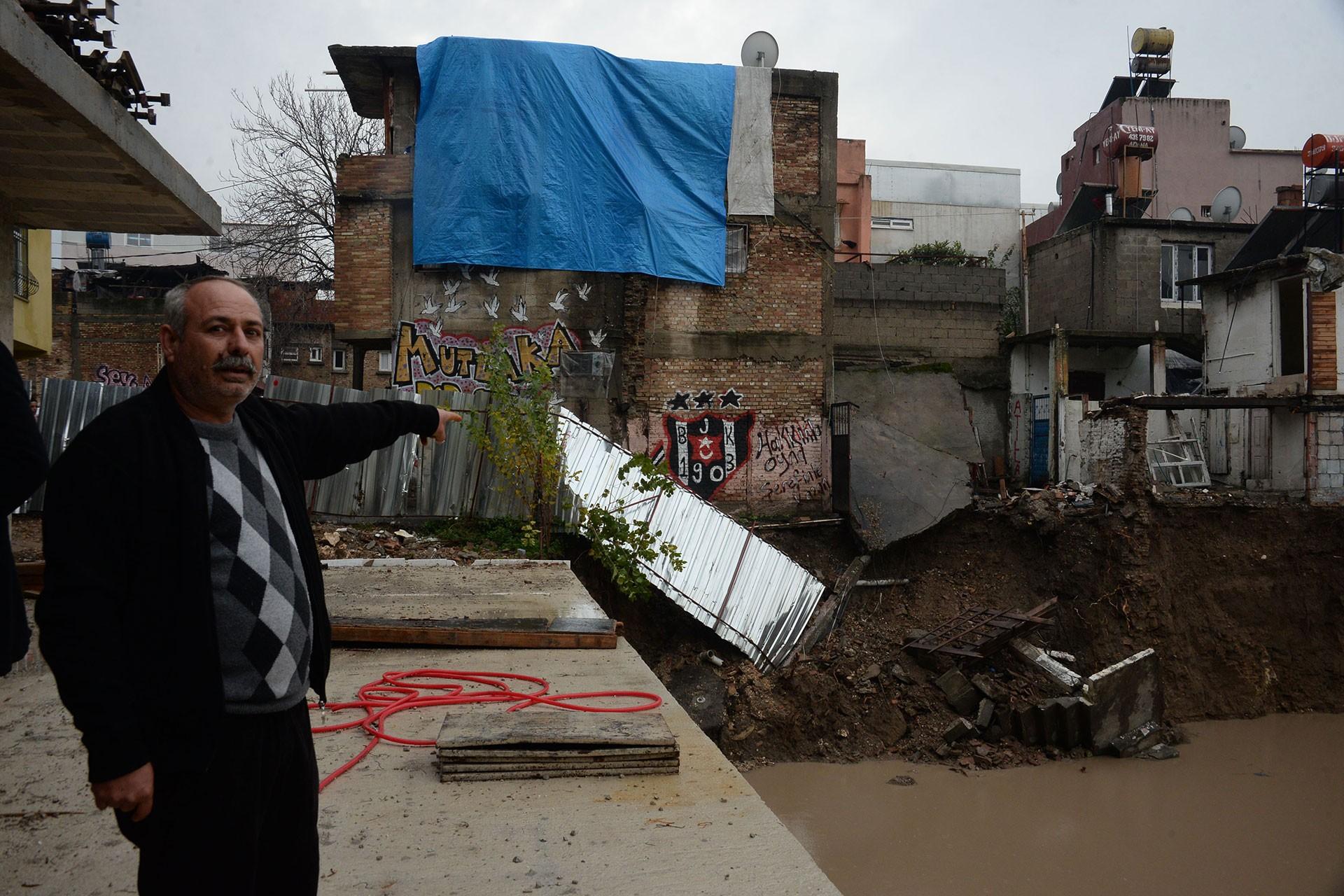 Heyelan sonrası kolonlarında çatlak oluşan evin sahibi Yılmaz Gül