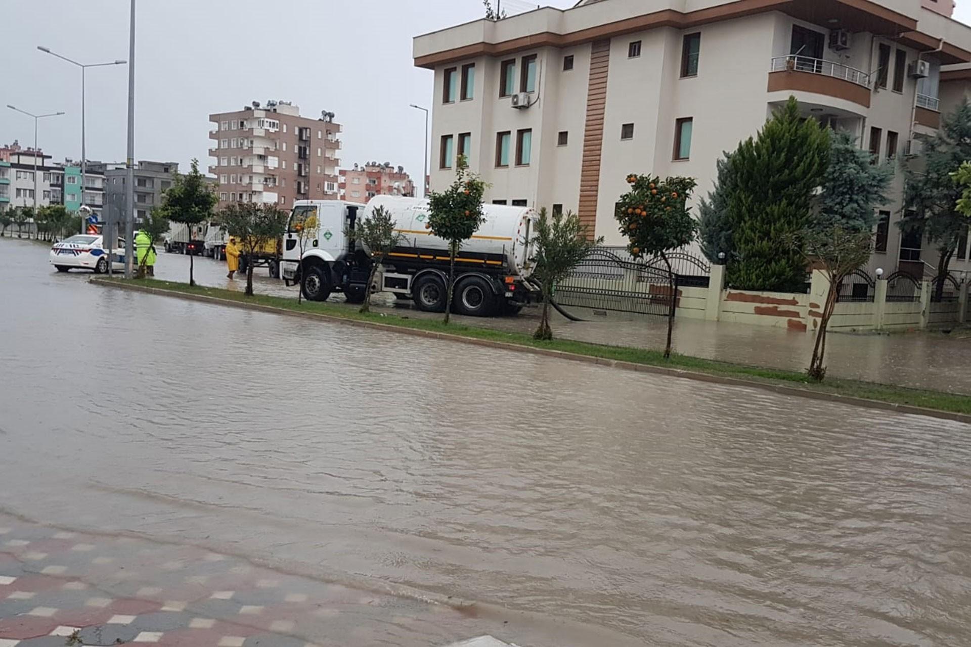 Ceyhan Nehri'nde meydana gelen taşkın nedeniyle sokaklar suyla doldu