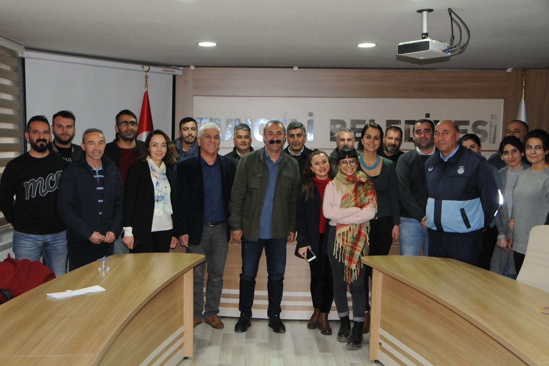 Belediye Başkanı, çalışanlar ve sendika temsilcileri sözleşme sonrası fotoğraf çektirdi