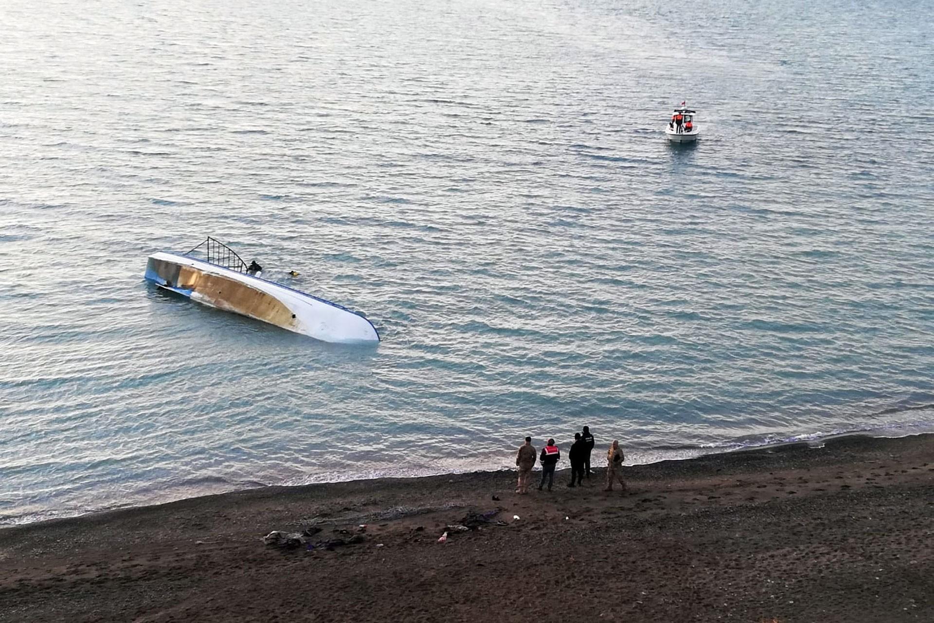 Van Gölü'nün ve alabora olmuş teknenin biraz uzak ve yukardan görünümü.