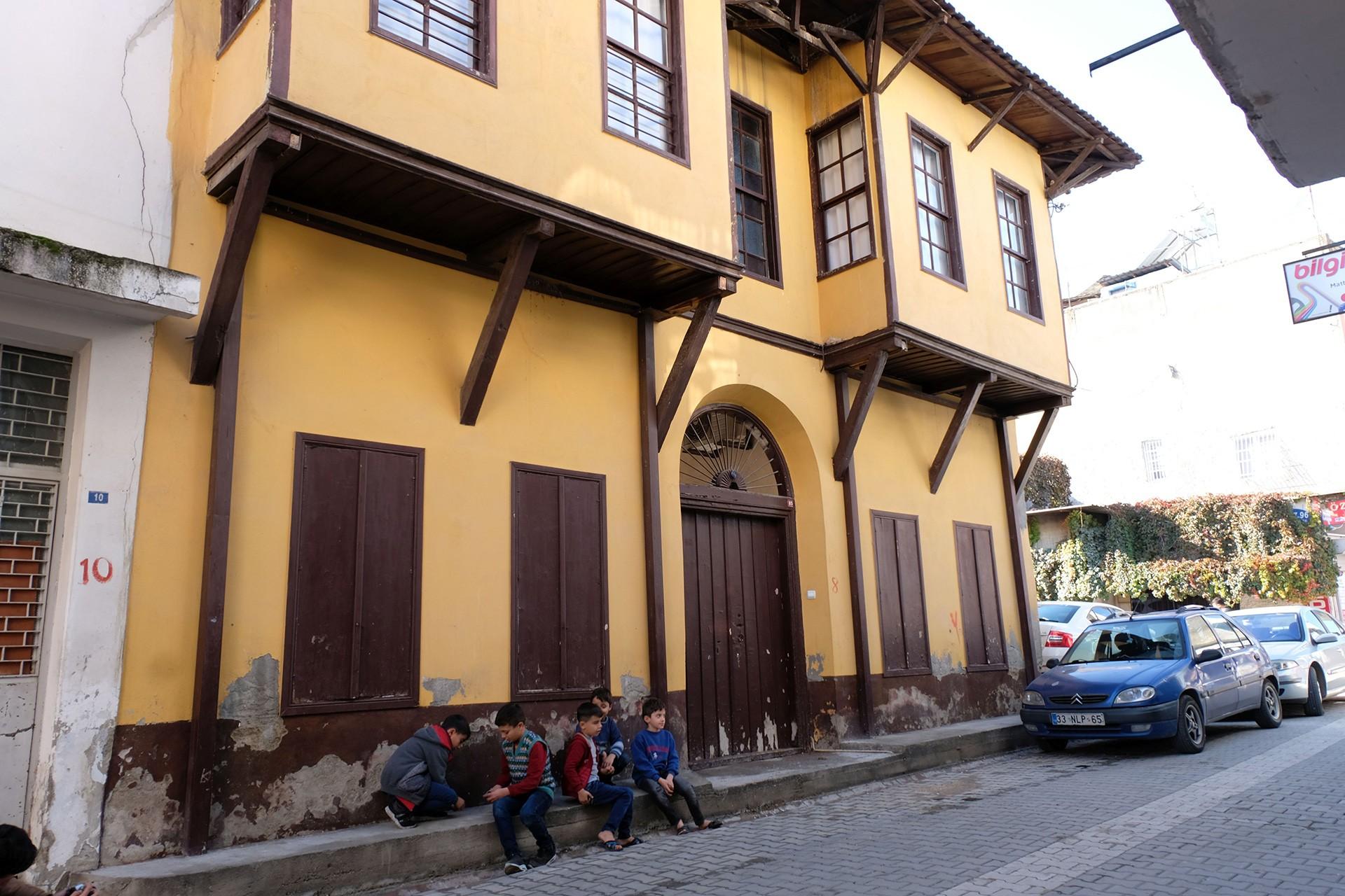 Cumbalı evlerin önünde oyun oynayan çocuklar