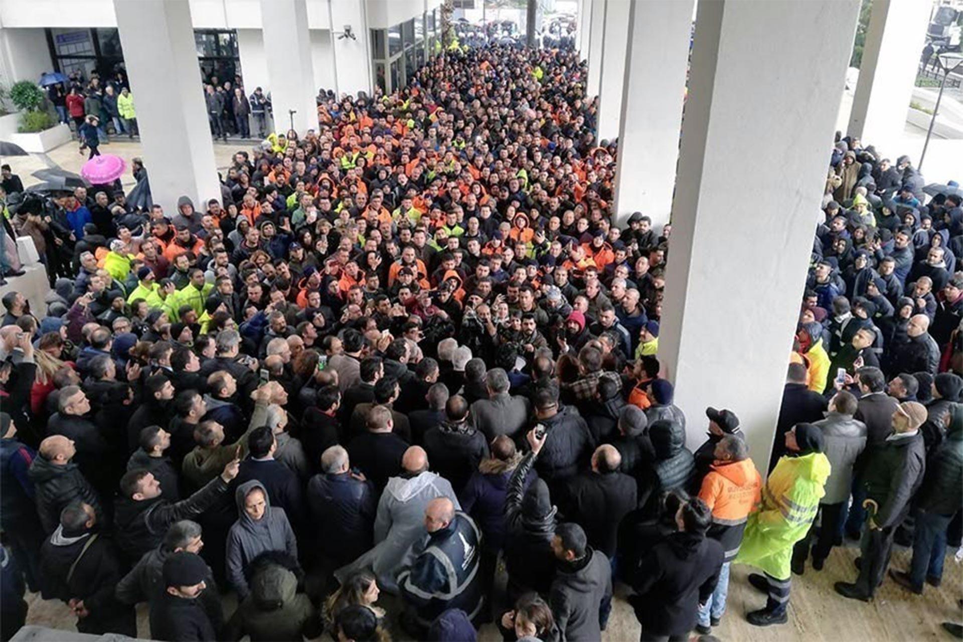 Toplusözleşme talepleri için iş bırakarak eylem yapan İZENERJİ işçileri