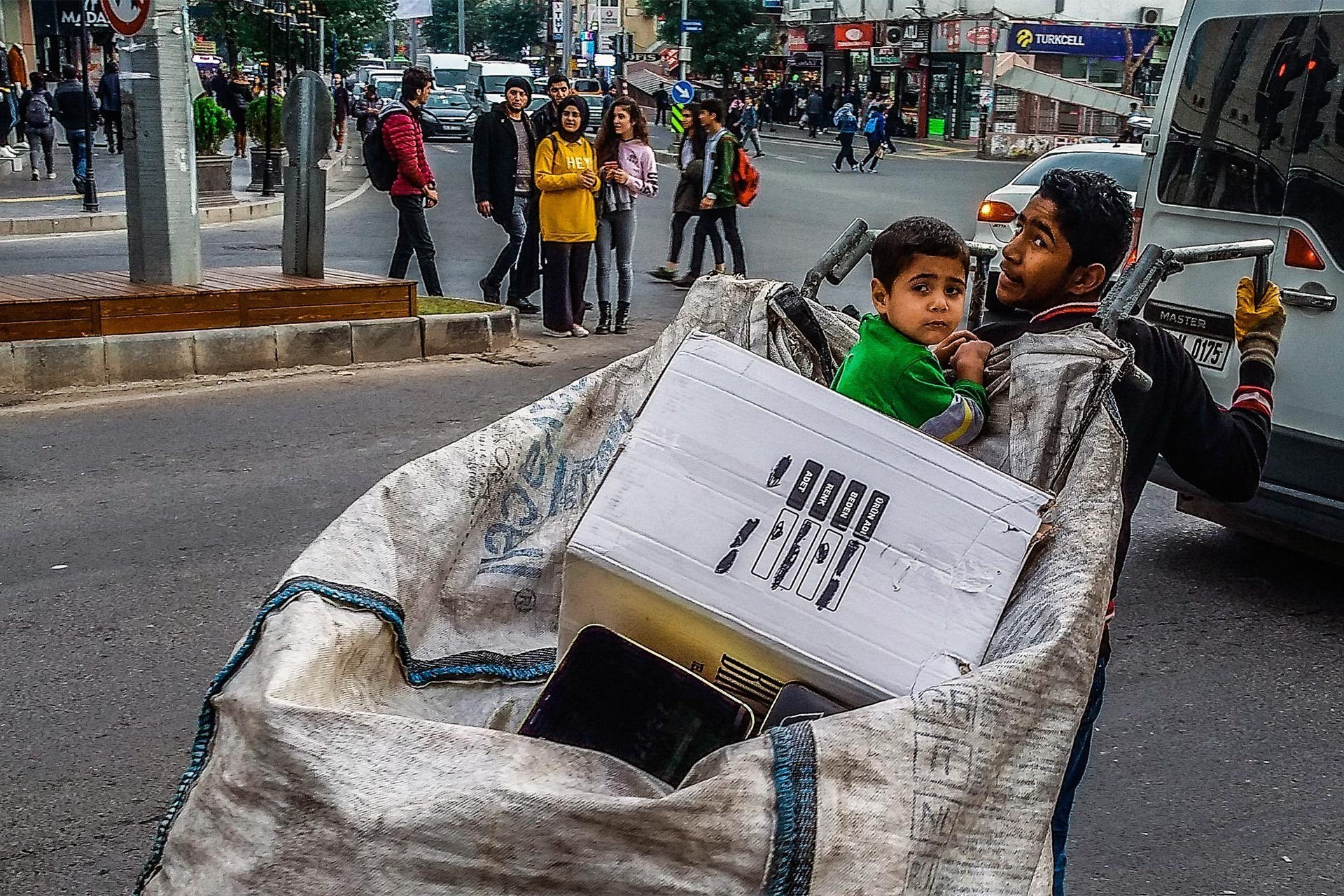Kağıt toplayan mülteci işçi