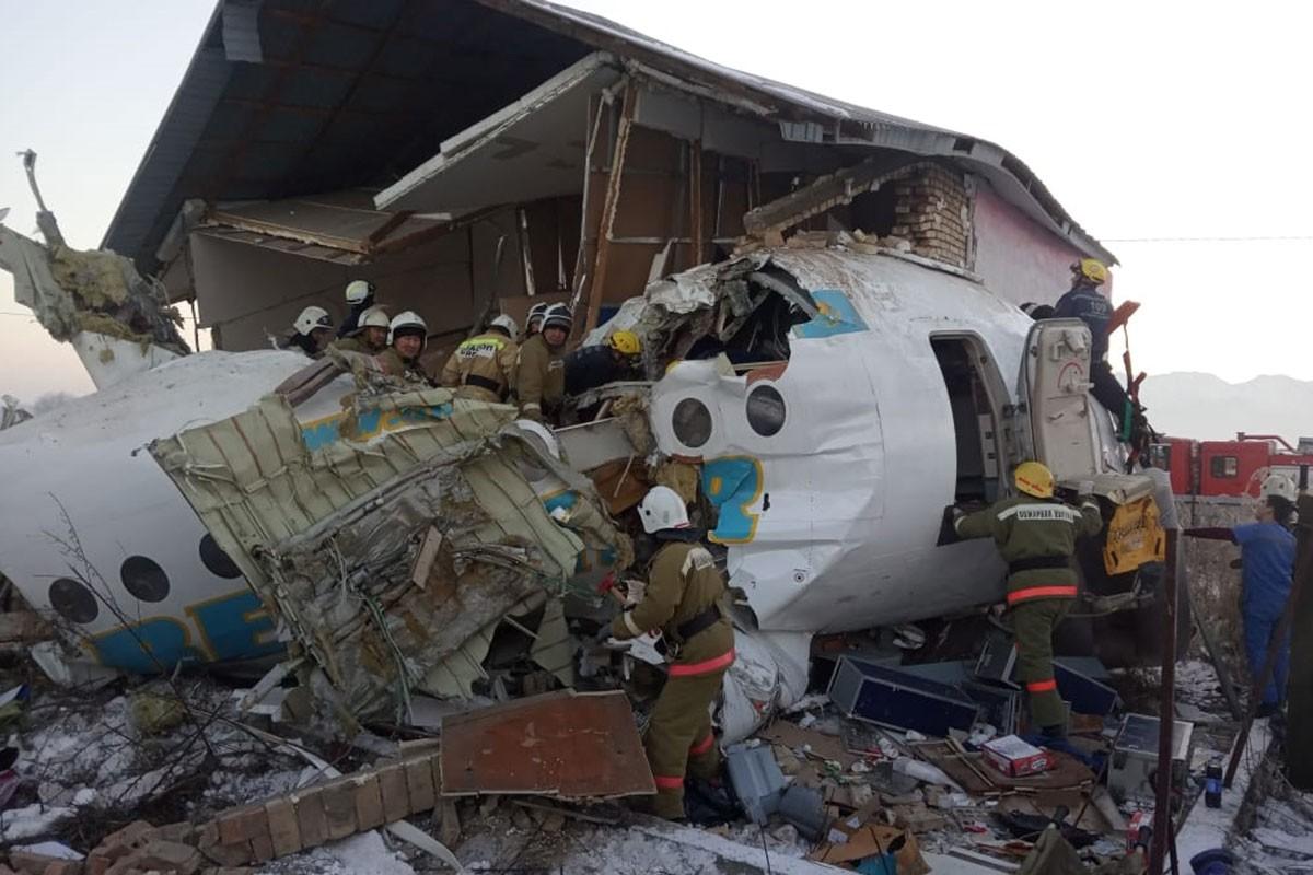Parçalanmış uçak ve yıkılmış konutta görevliler kurtarma çalışması yapıyor.