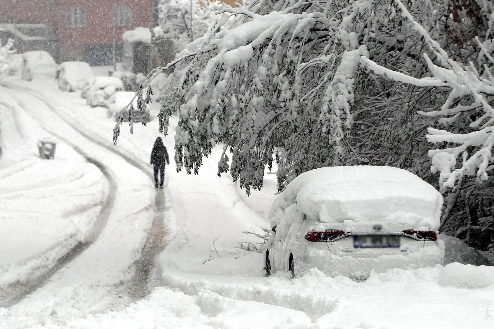 Hakkari'de kar yağışı nedeniyle karla kaplı yollar.