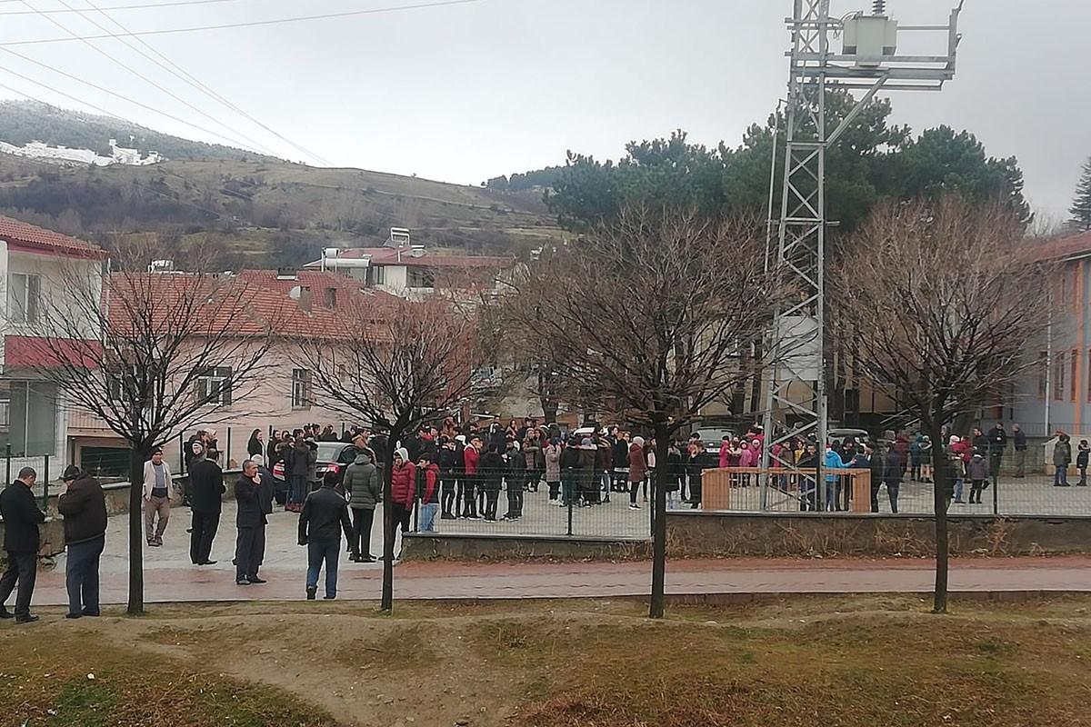 Okul bahçesine çıkarılmış çocuklar.
