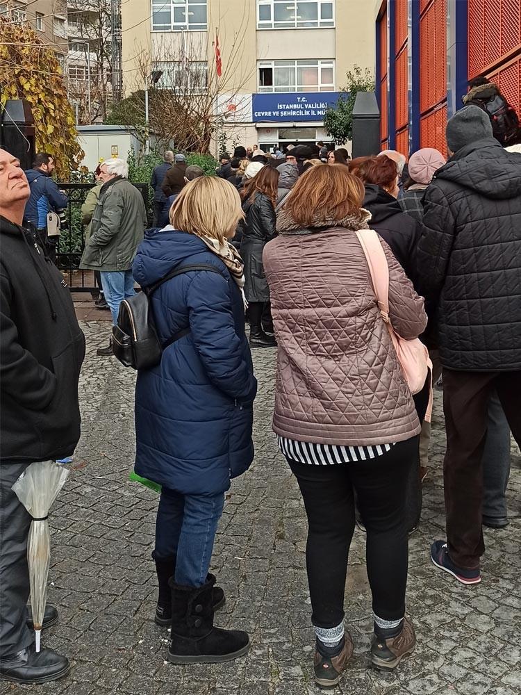 Kanal İstanbul projesine itiraz etmek üzere Çevre ve Şehircilik İl Müdürlüğüne dilekçe vermek için sırada bekleyen yurttaşlar