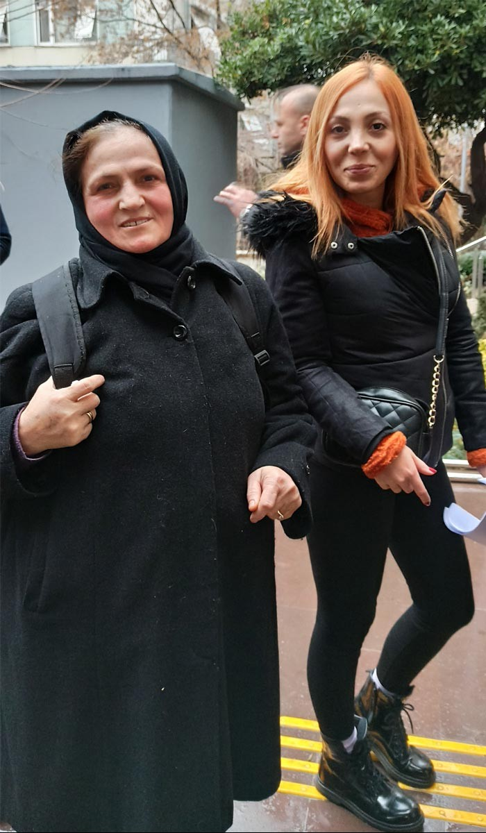 Kanal İstanbul projesine itiraz etmek üzere Çevre ve Şehircilik İl Müdürlüğüne dilekçe vermek için sırada bekleyen Gülbeyaz Bilgin ve annesi Hasibe Bilgin