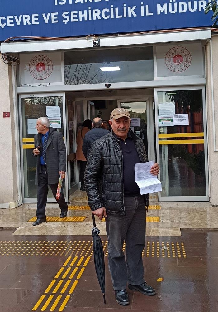 Kanal İstanbul projesine itiraz etmek üzere Çevre ve Şehircilik İl Müdürlüğüne dilekçe vermek için sırada bekleyen Müslüm Kartal adlı yurttaş