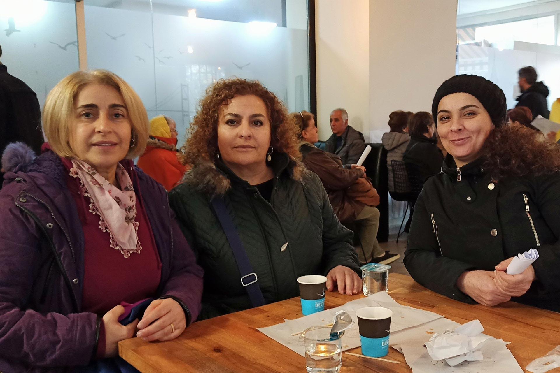 Kanal İstanbul projesine itiraz etmek üzere Çevre ve Şehircilik İl Müdürlüğüne dilekçe vermek için sırada bekleyen Leyla Tüneş, Gülseven ve Figen adlı yurttaşlar