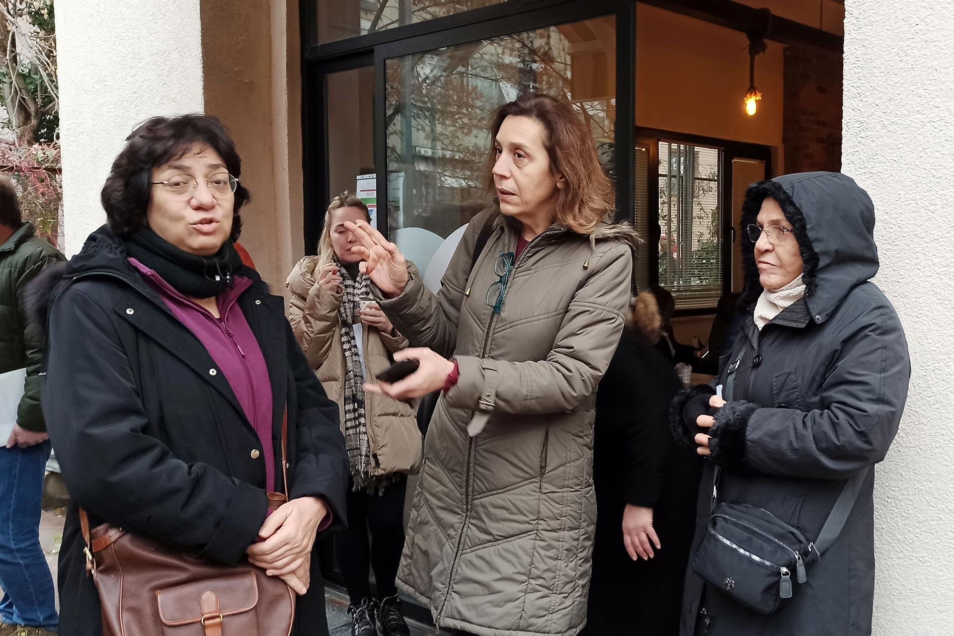 Kanal İstanbul projesine itiraz etmek üzere Çevre ve Şehircilik İl Müdürlüğüne dilekçe vermek için sırada bekleyen Zeynep Gençağaoğlu, Birgül Canfesçi, Aysel Halaç adlı yurttaşlar