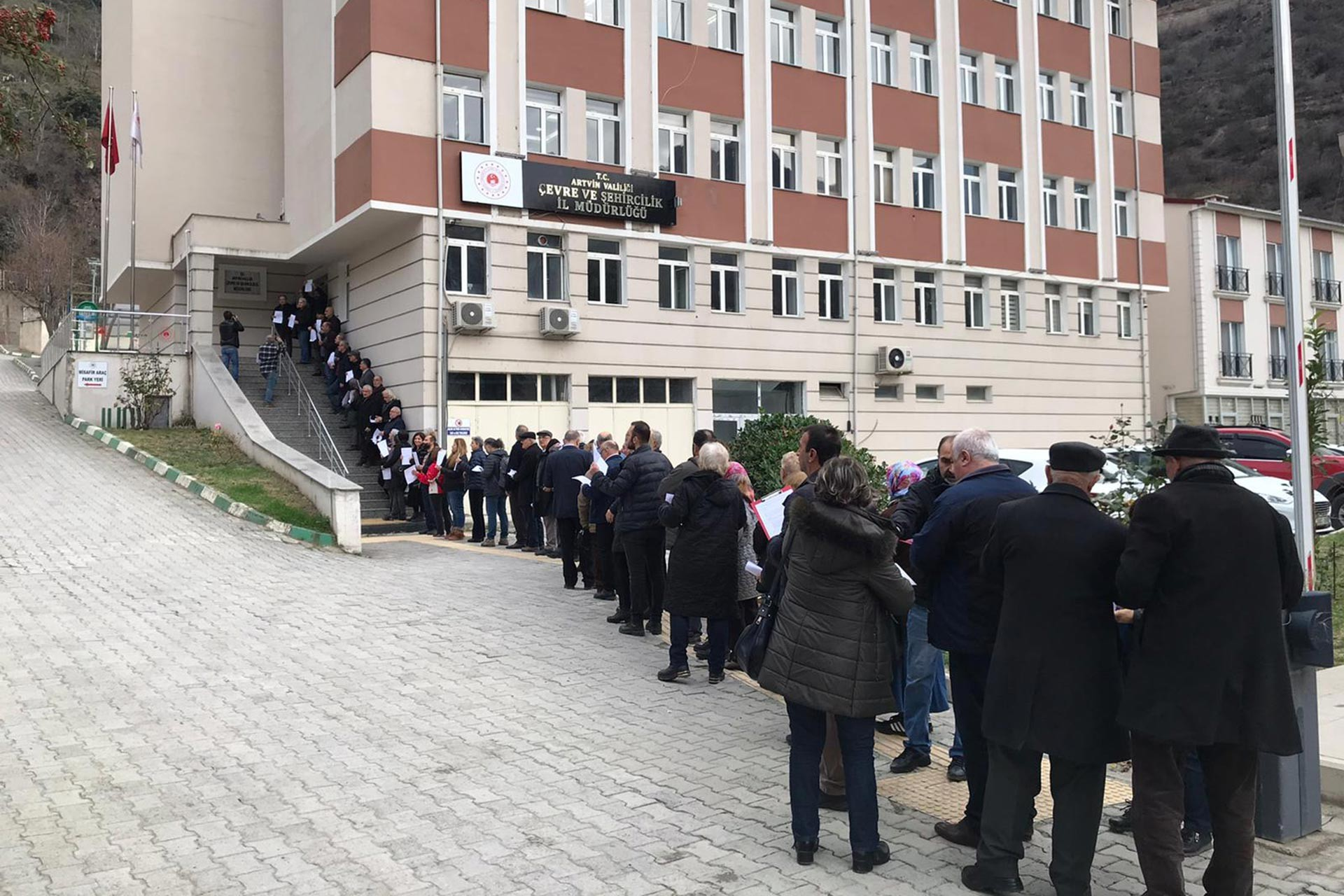 Kanal İstanbul projesine itiraz etmek üzere Artvin Çevre ve Şehircilik İl Müdürlüğüne dilekçe vermek için sıraya giren yurttaşlar