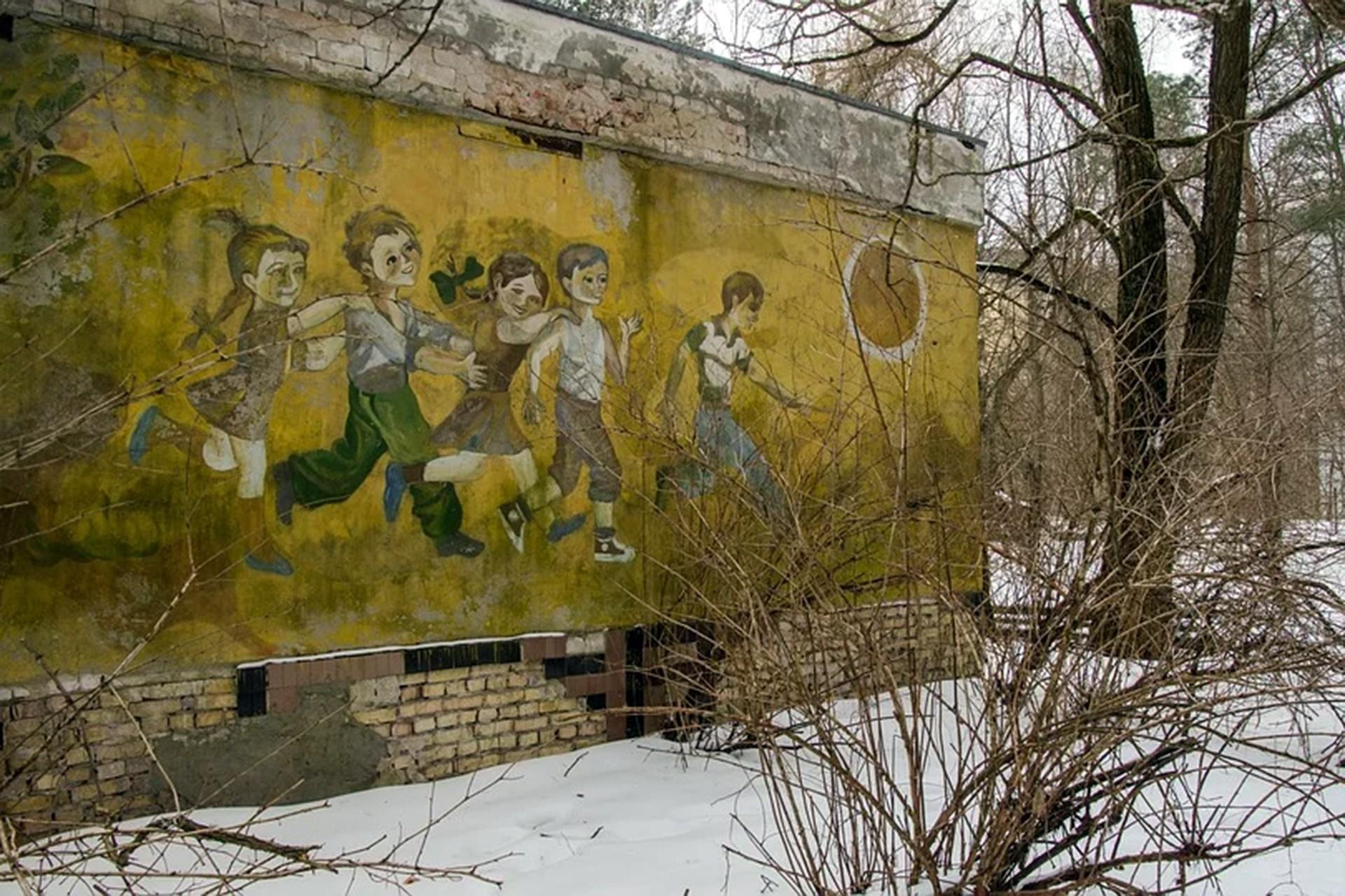 SSCB'de üzerine çocuk resmedilmiş duvar