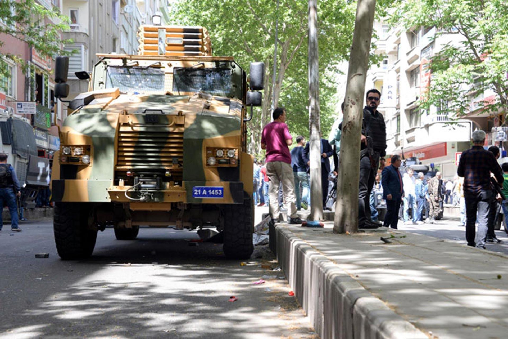 Zırhlı araç ve yanında duran kolluk kuvvetleri