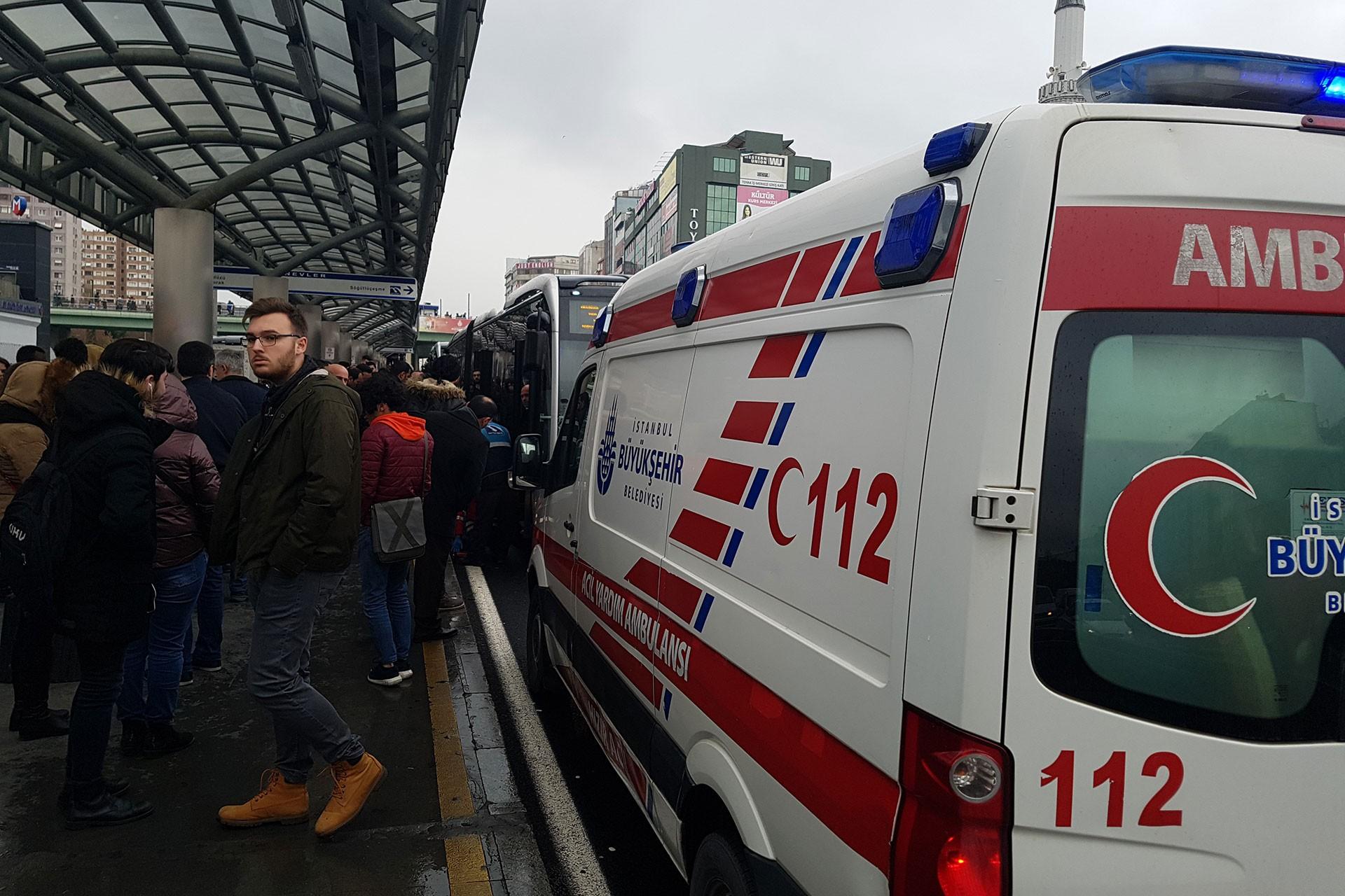 Şirinevler durağında metrobüs çarpan kadın yolcuya sağlık ekiplerinin müdahalesi